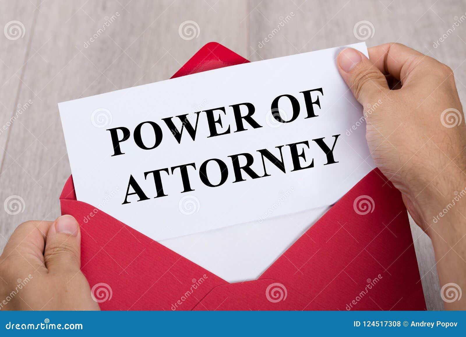Document de Person Holding Power Of Attorney dans l enveloppe