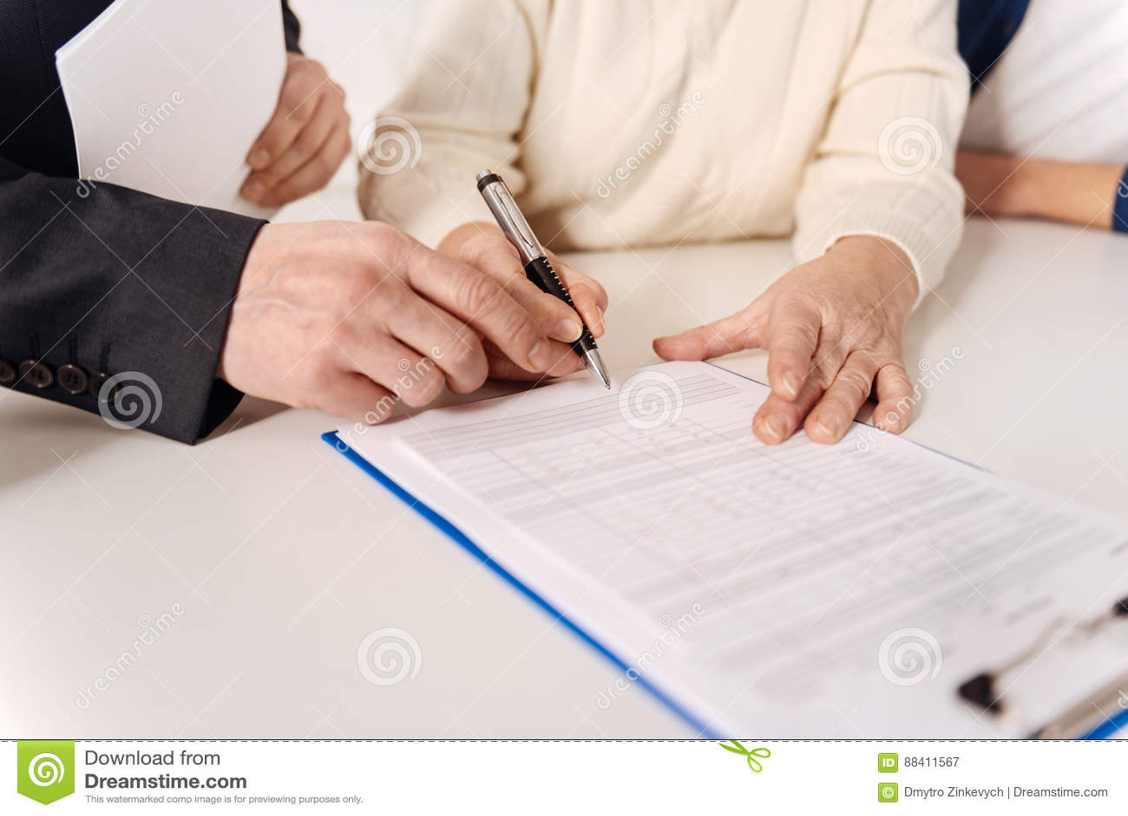 4f813a8861d Le processus d obtenir l assurance Couples isolés résolus âgés se reposant  à la maison et ayant la réunion avec le conseiller de sécurité sociale tout  en ...