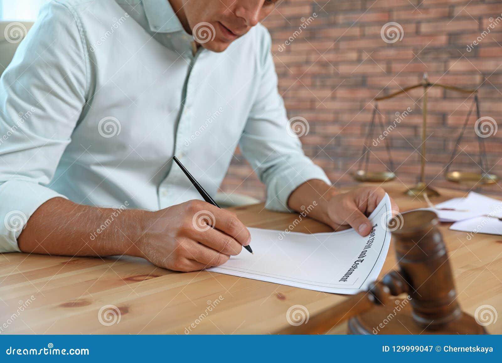 Document de signature de notaire masculin à la table dans le bureau,