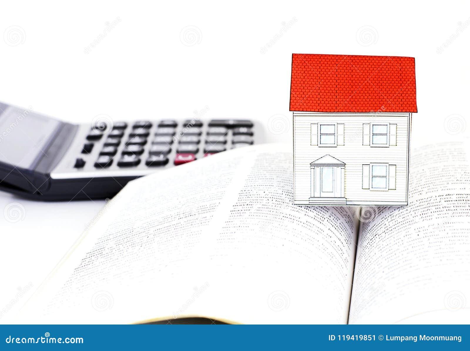Document huis op Handboeken en calculator op witte achtergrond