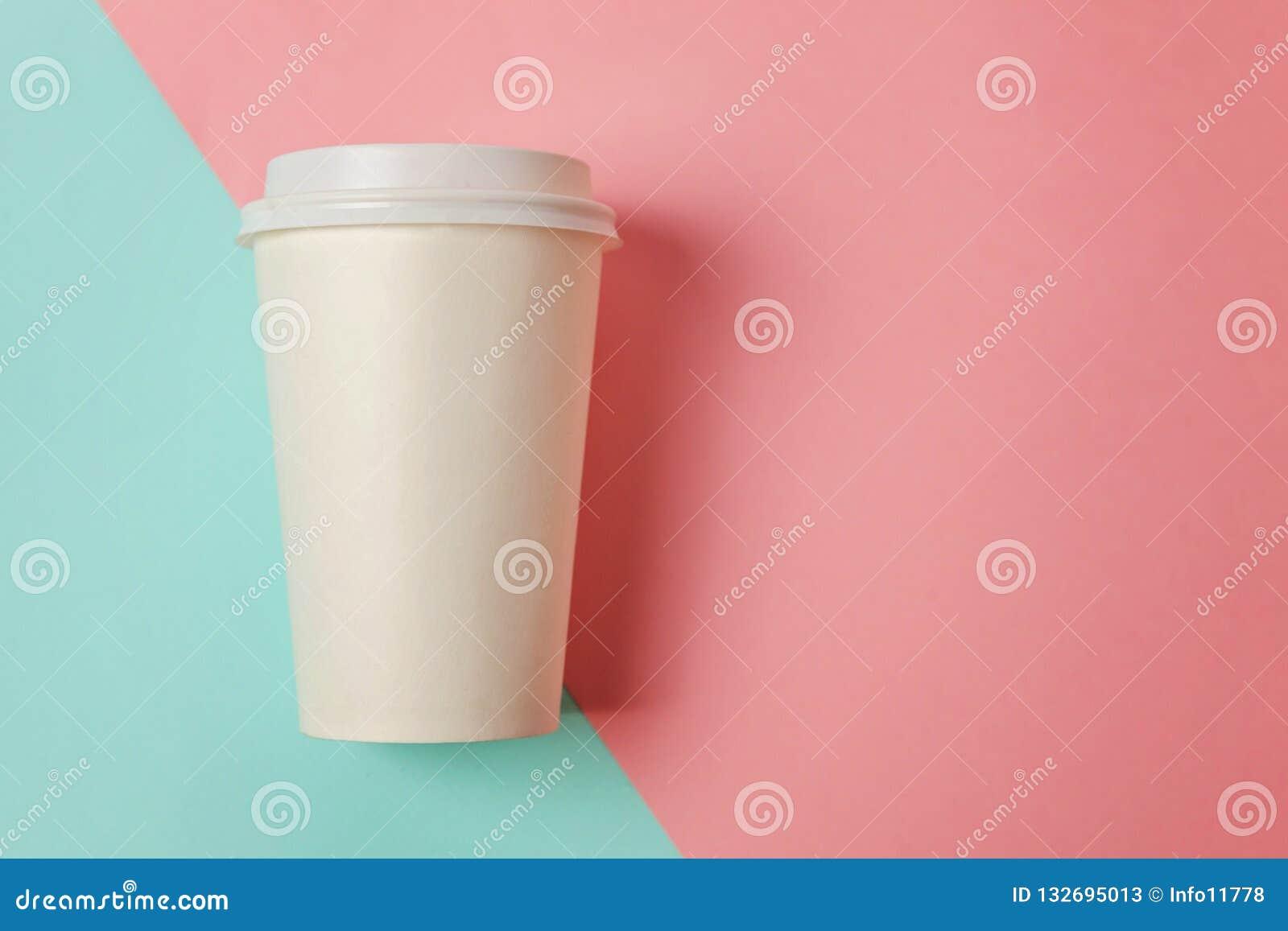 Document kop van koffie op blauwe en roze achtergrond