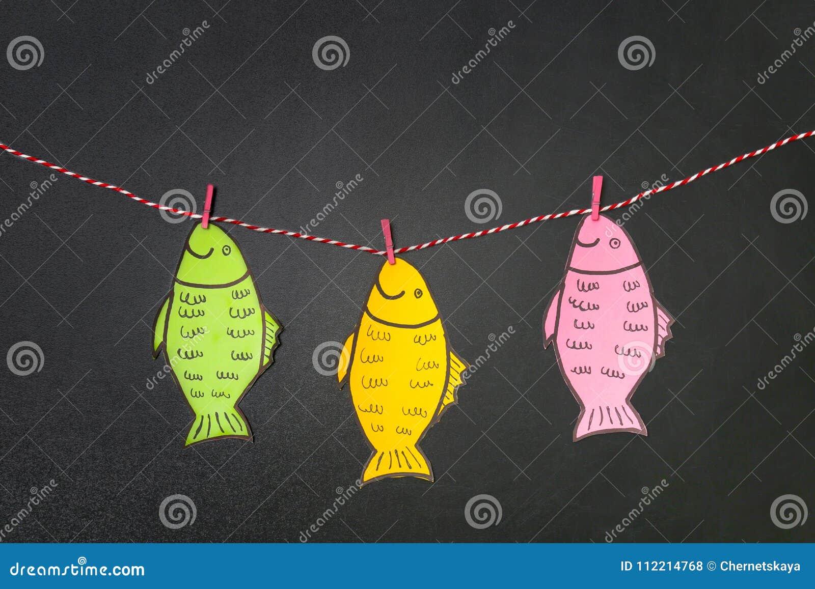 Document vissen die op koord dichtbij bord hangen