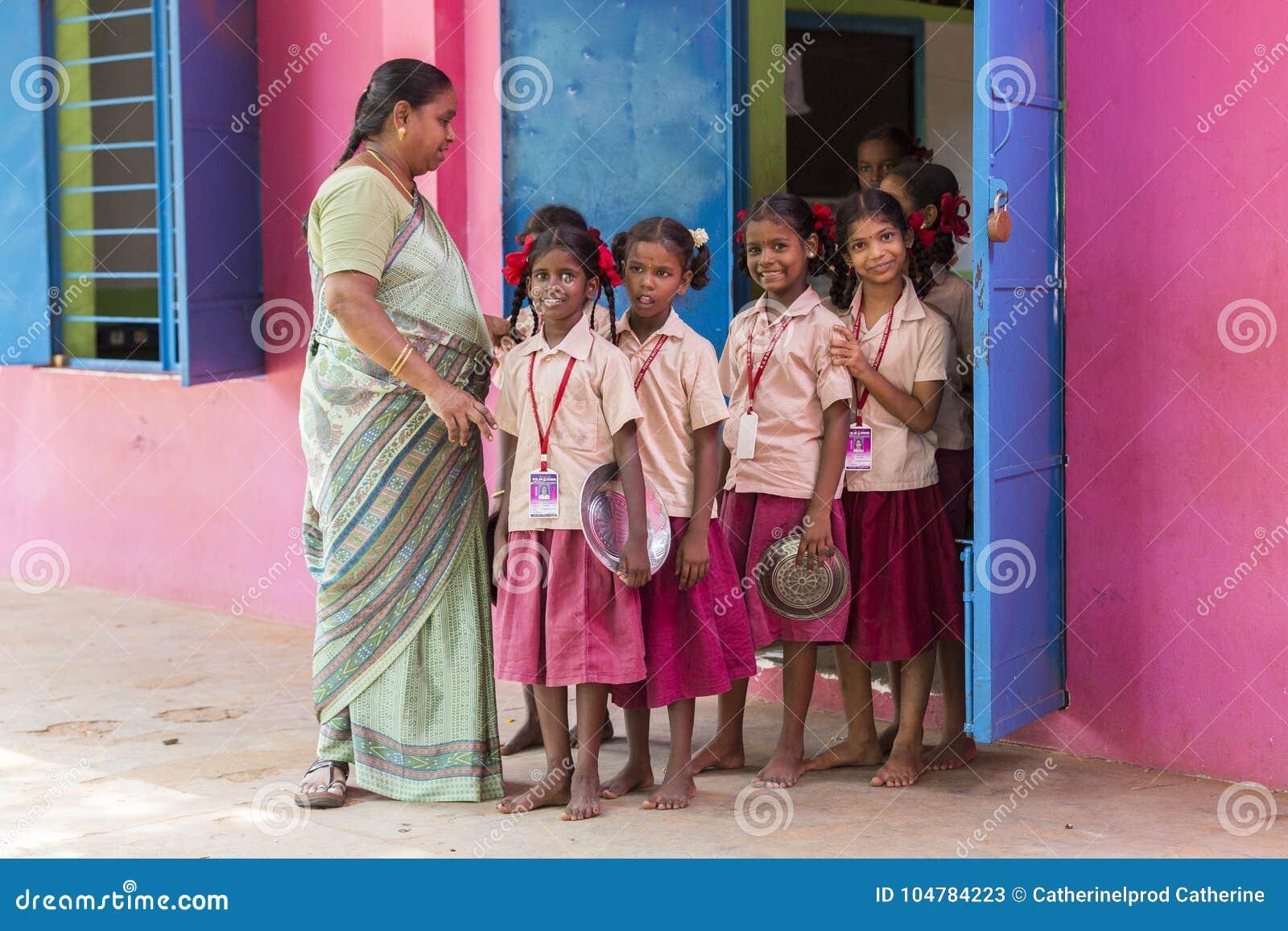 Documentair Redactiebeeld De niet geïdentificeerde leraar en de kinderen gaan van klaslokaal voor lunch uit