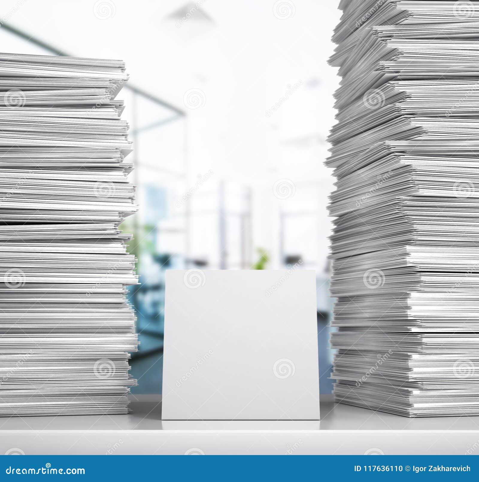 Documentation Une pile de livres blancs se trouvent sur un bureau dans une salle de bureau