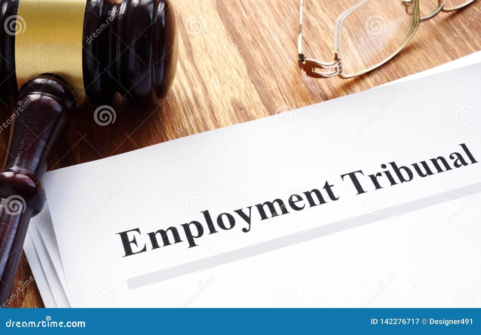 Documenti del tribunale di occupazione con la penna