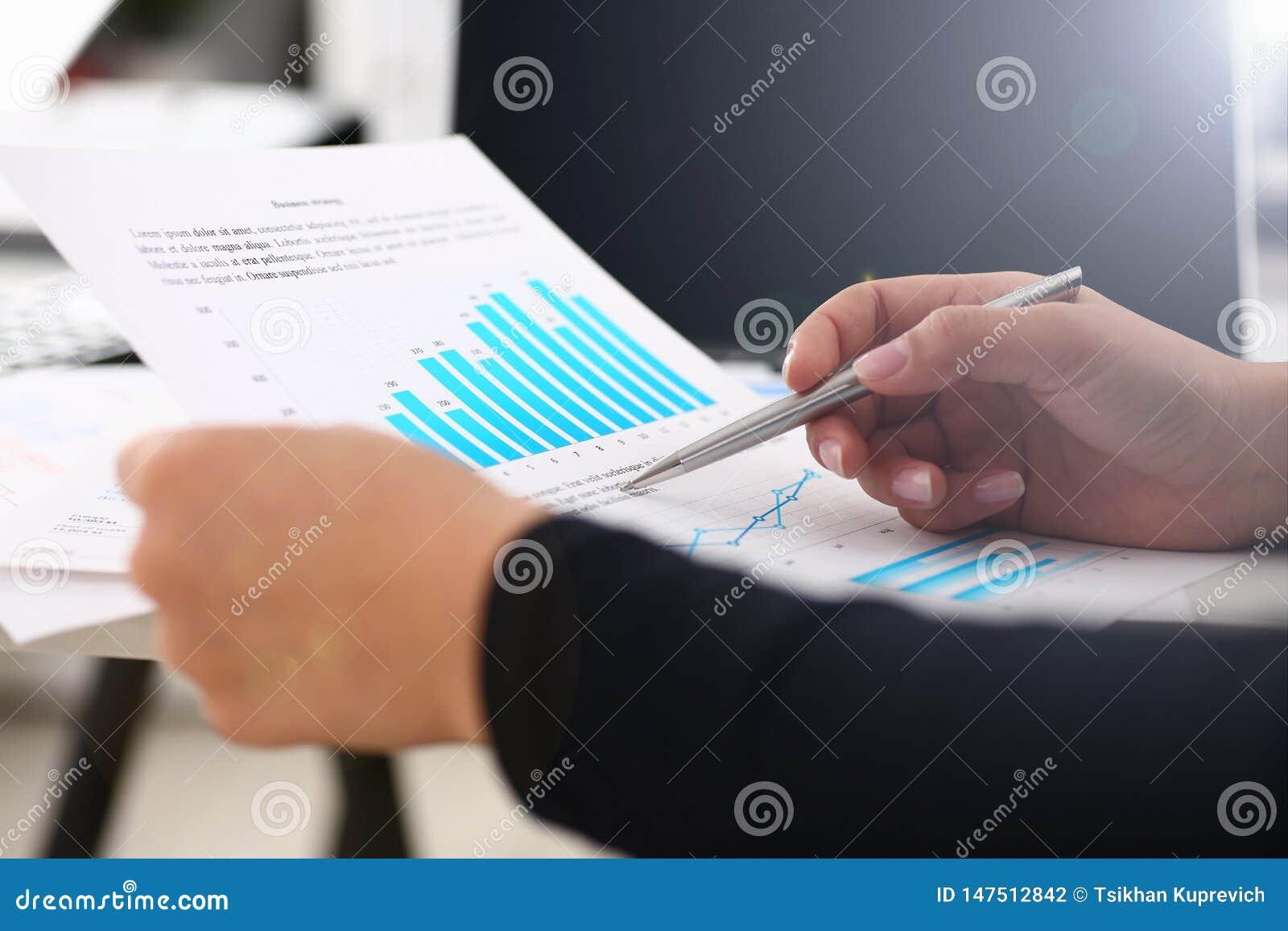 Documenti di studio della donna di affari in primo piano dell ufficio