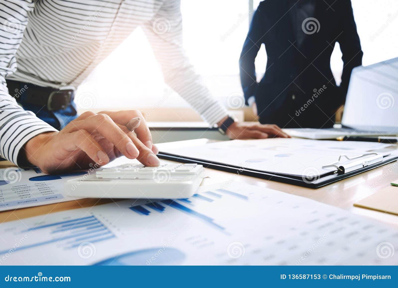 Documento de dois dados da análise do sócio dos executivos empresariais com o contador no lugar do escritório