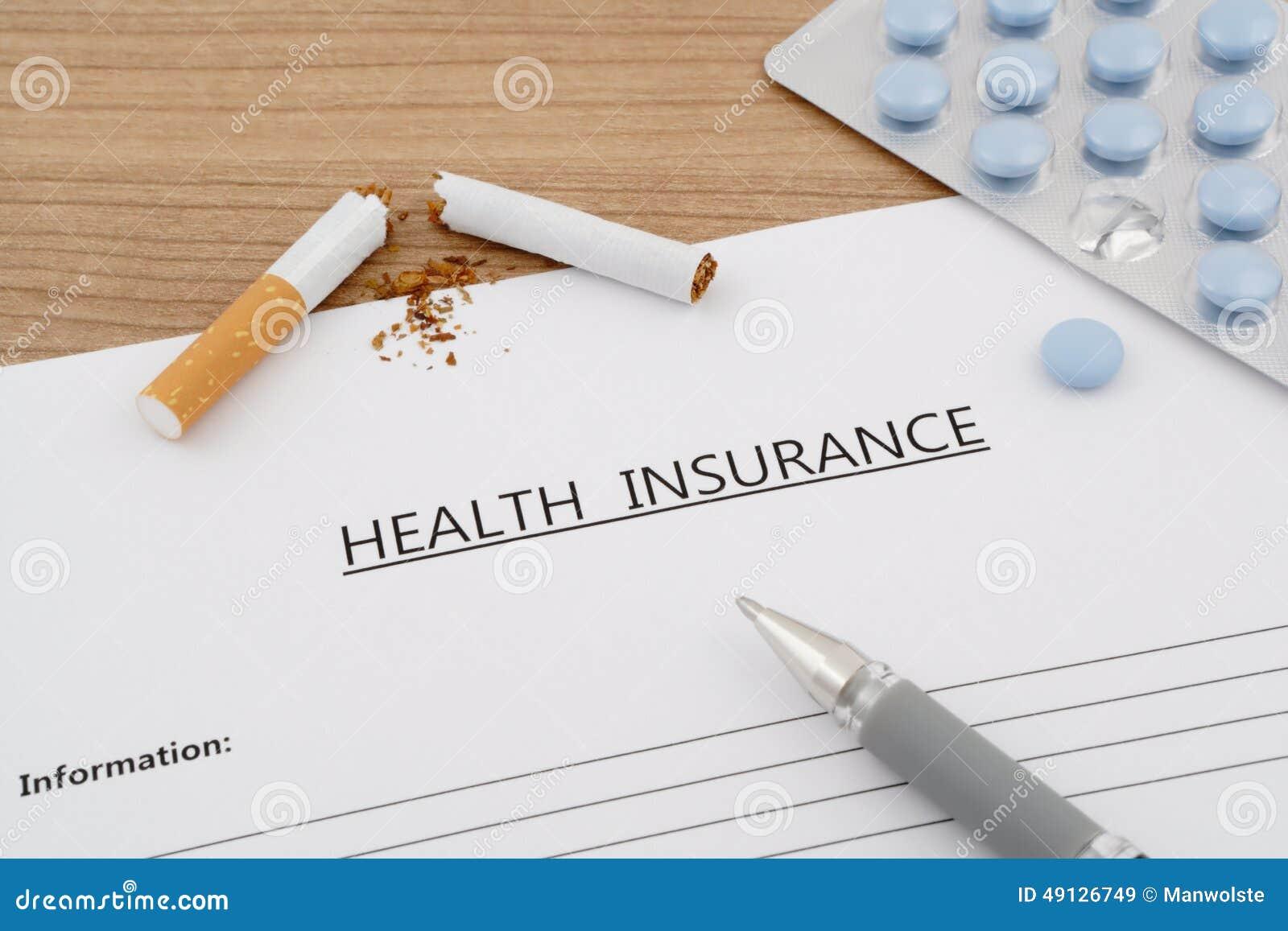 Documento del seguro médico con las píldoras y el cigarrillo quebrado