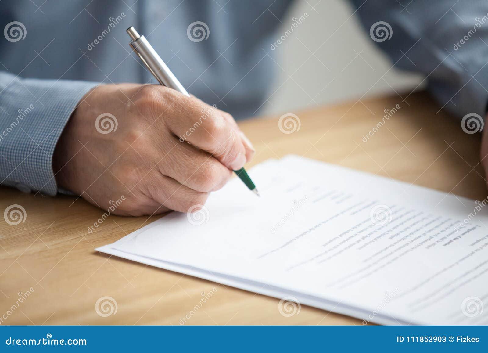 Documento di firma della mano maschio, uomo senior che mette firma sul pape