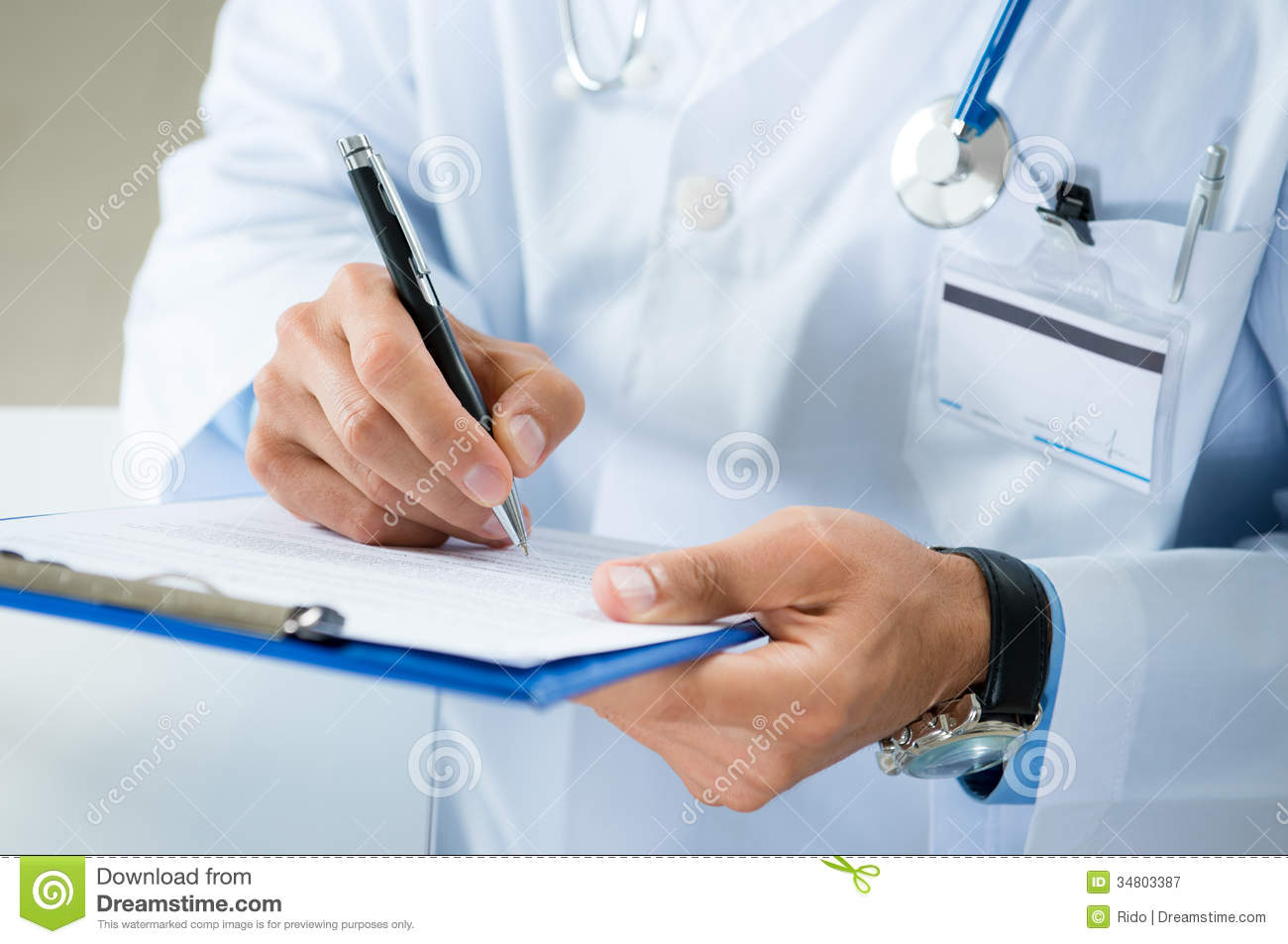 Documento masculino del doctor Writing On Medical