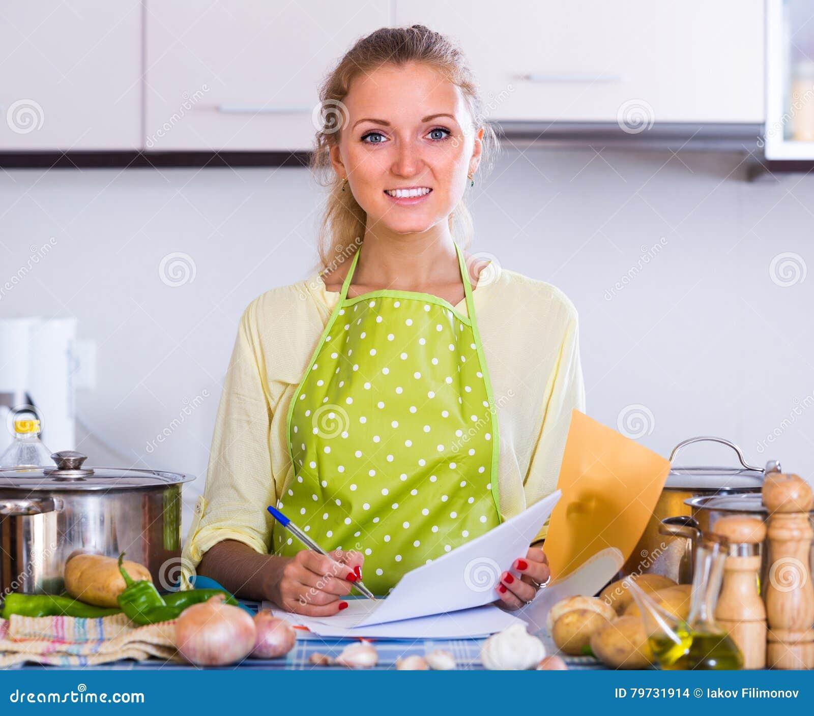 Documentos de relleno del ama de casa en la cocina