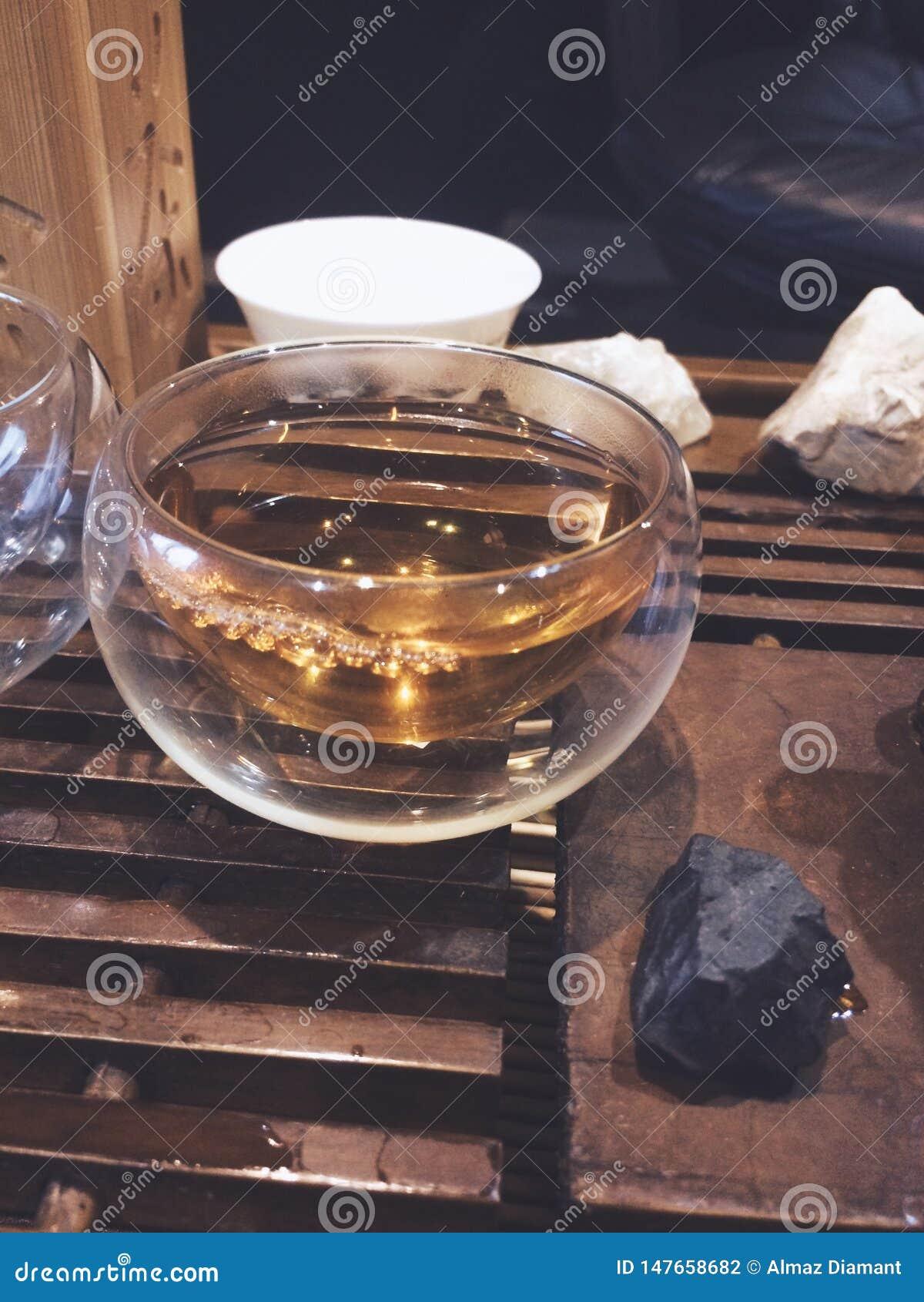 Dodatek zamkni?ty w g?r? szklanego ma?ego fili?anka b?bla, herbaciana ceremonia