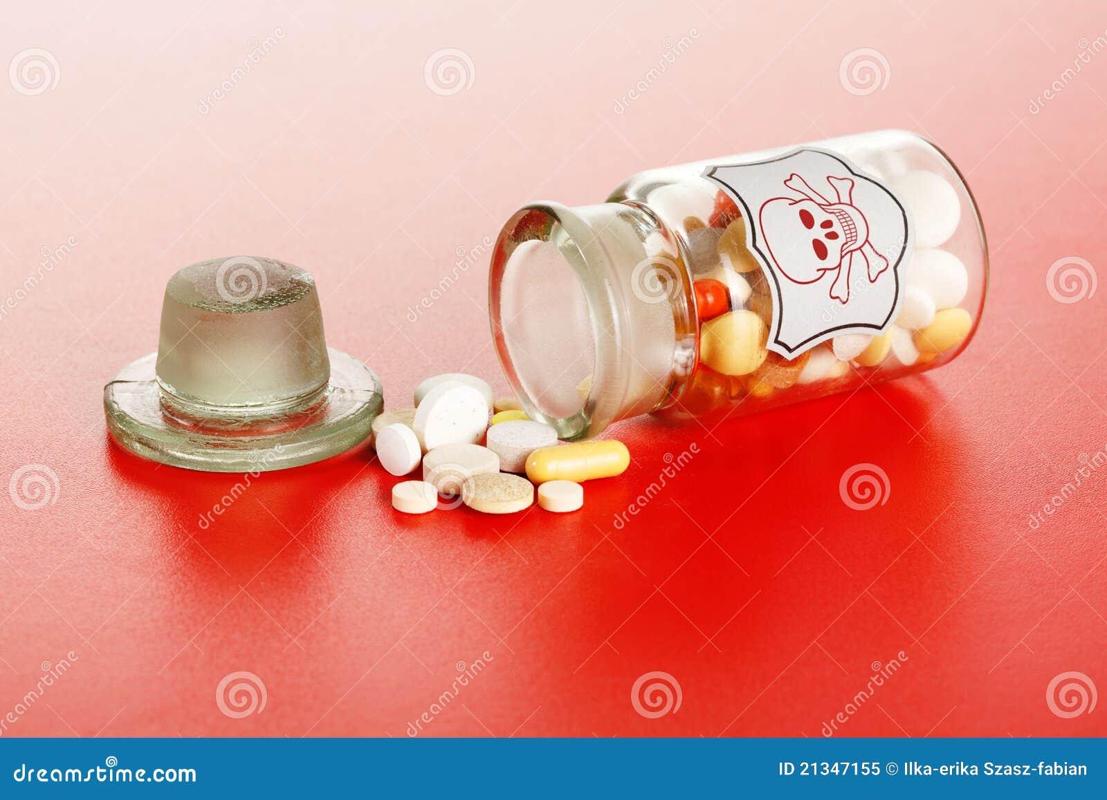 dodelijke pillen die uit glas chemische fles worden gemorst stock afbeelding afbeelding. Black Bedroom Furniture Sets. Home Design Ideas