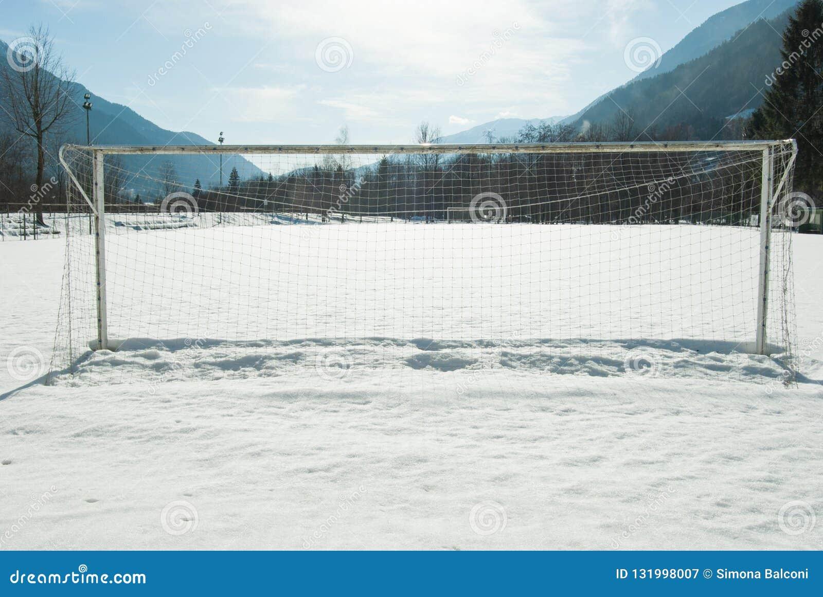 Doel netto van een voetbalgebied met sneeuw