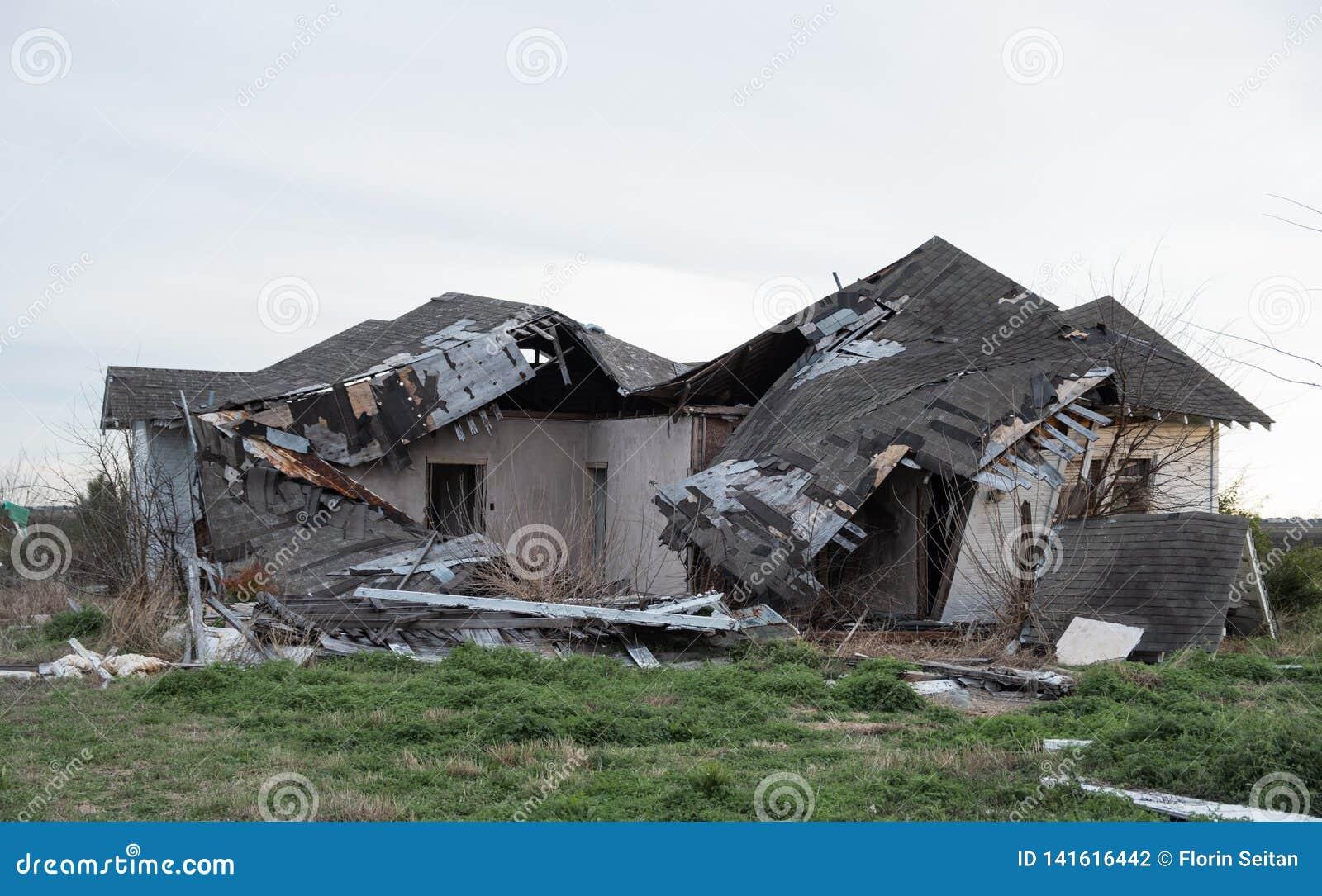 Doen ineenstorten verlaten huis na wordt geraakt door onweer
