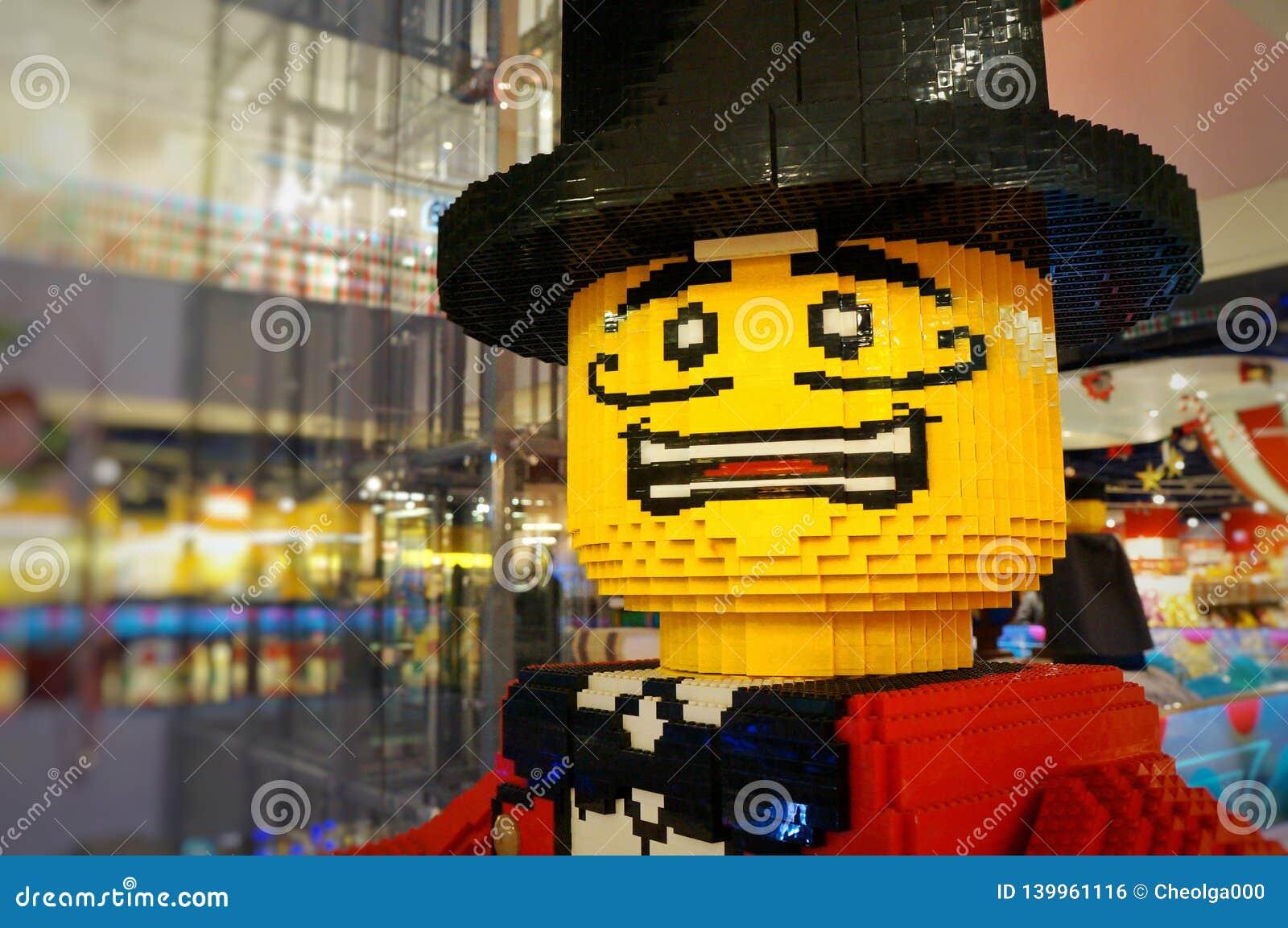 Doen schrikken die mens, heer in een hoed met een snor, geel, van ontwerperkubussen wordt gemaakt