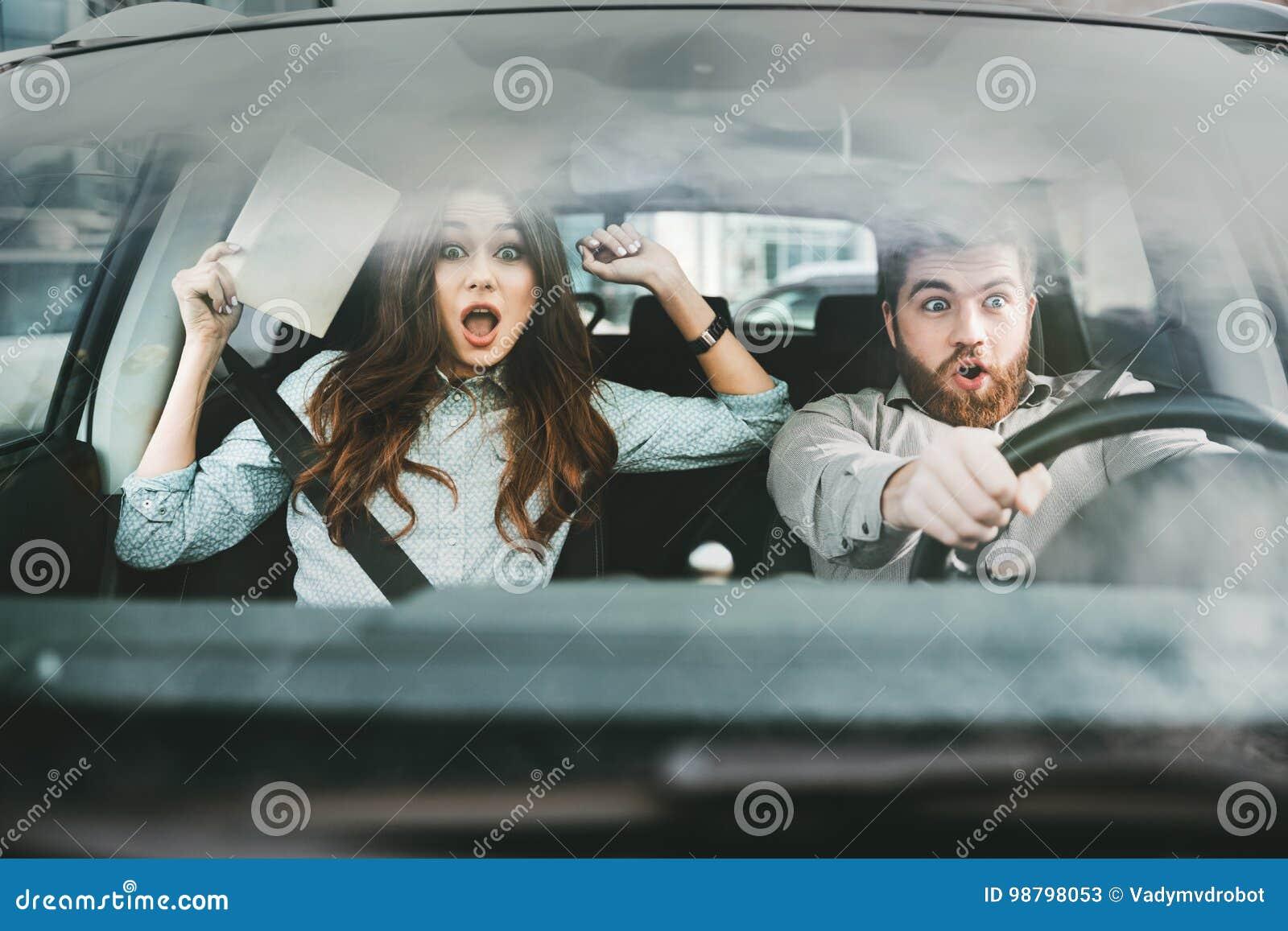 Doen Schrikken Paar In Auto Stock Afbeelding Afbeelding Bestaande