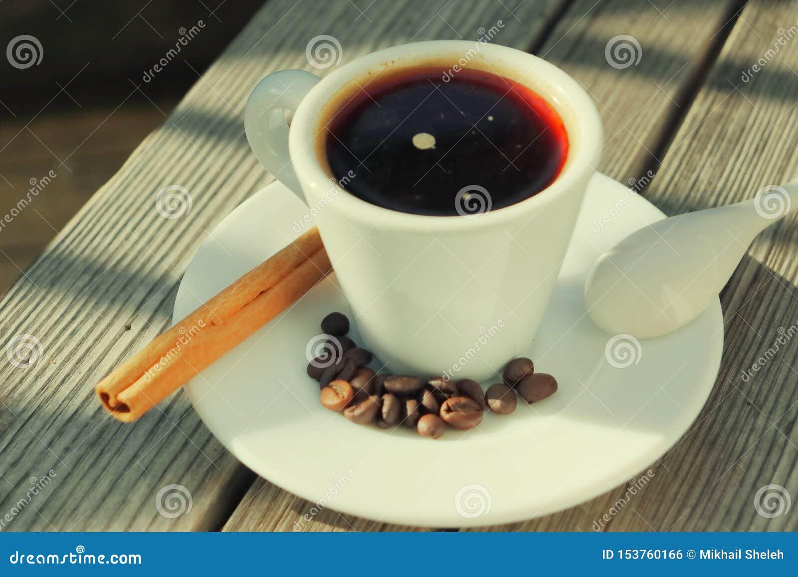 Doftande kaffe i morgonsolen