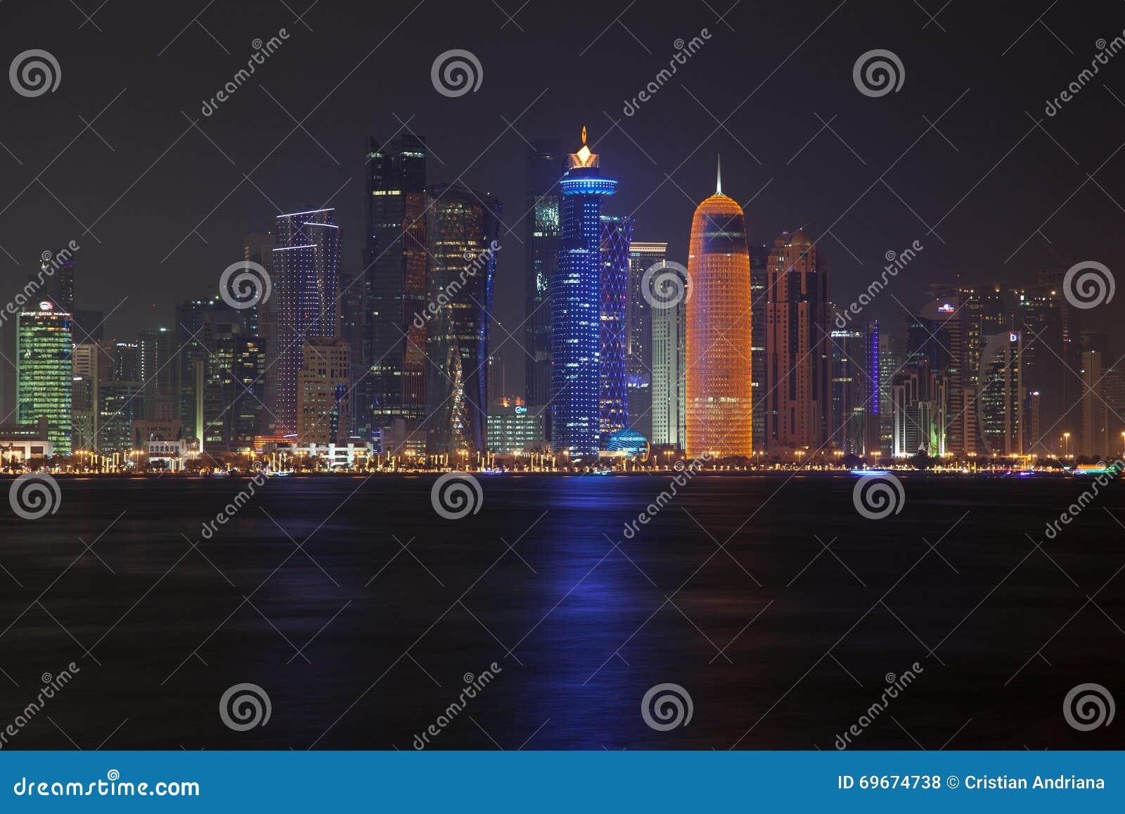 Doha linia horyzontu przy nocą Katar