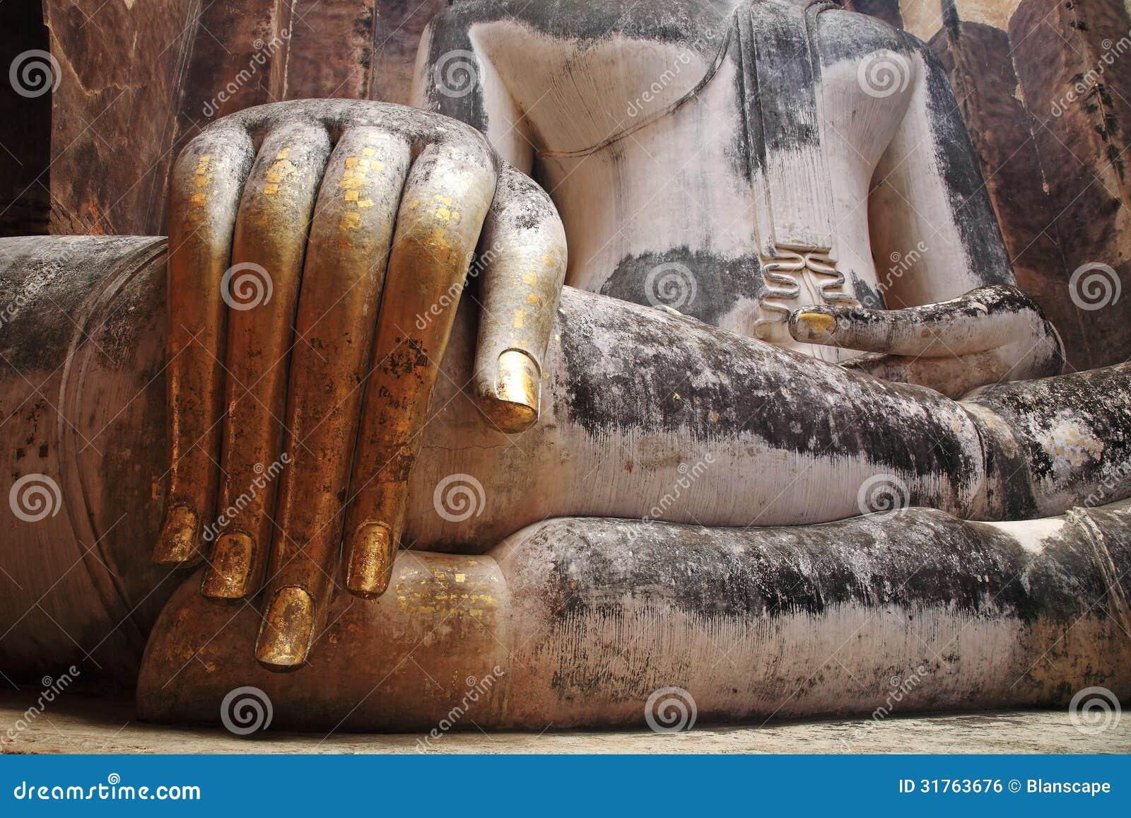Doigts d or de grande statue iconique de Bouddha