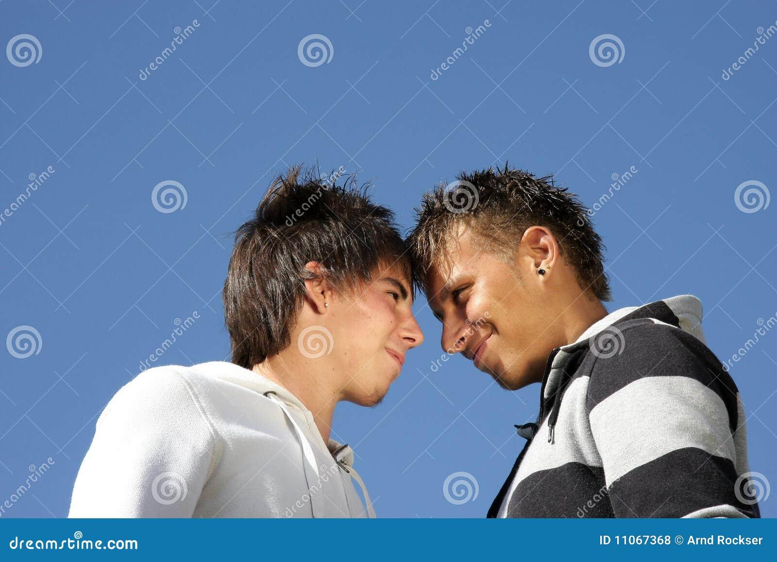 Dois adolescentes de sorriso que estão - - a cabeça principal