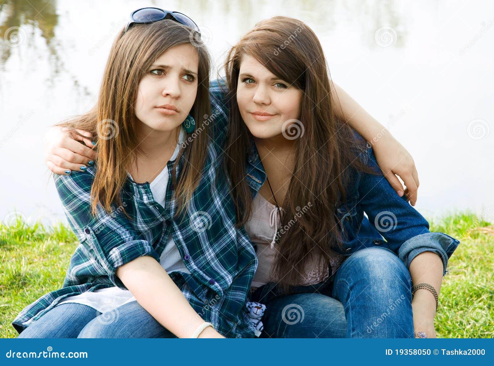 Dois adolescentes novos