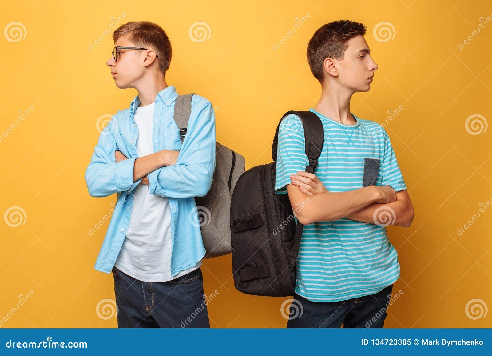 Dois adolescentes orgulhosos, ofendidos em se e pouco dispostos admitir sua culpa, são isolados contra um fundo amarelo