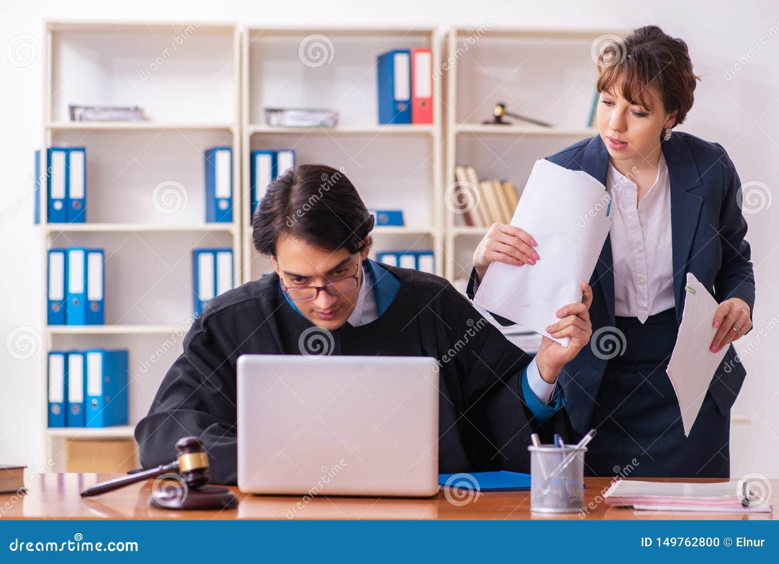 Dois advogados que trabalham no escrit?rio