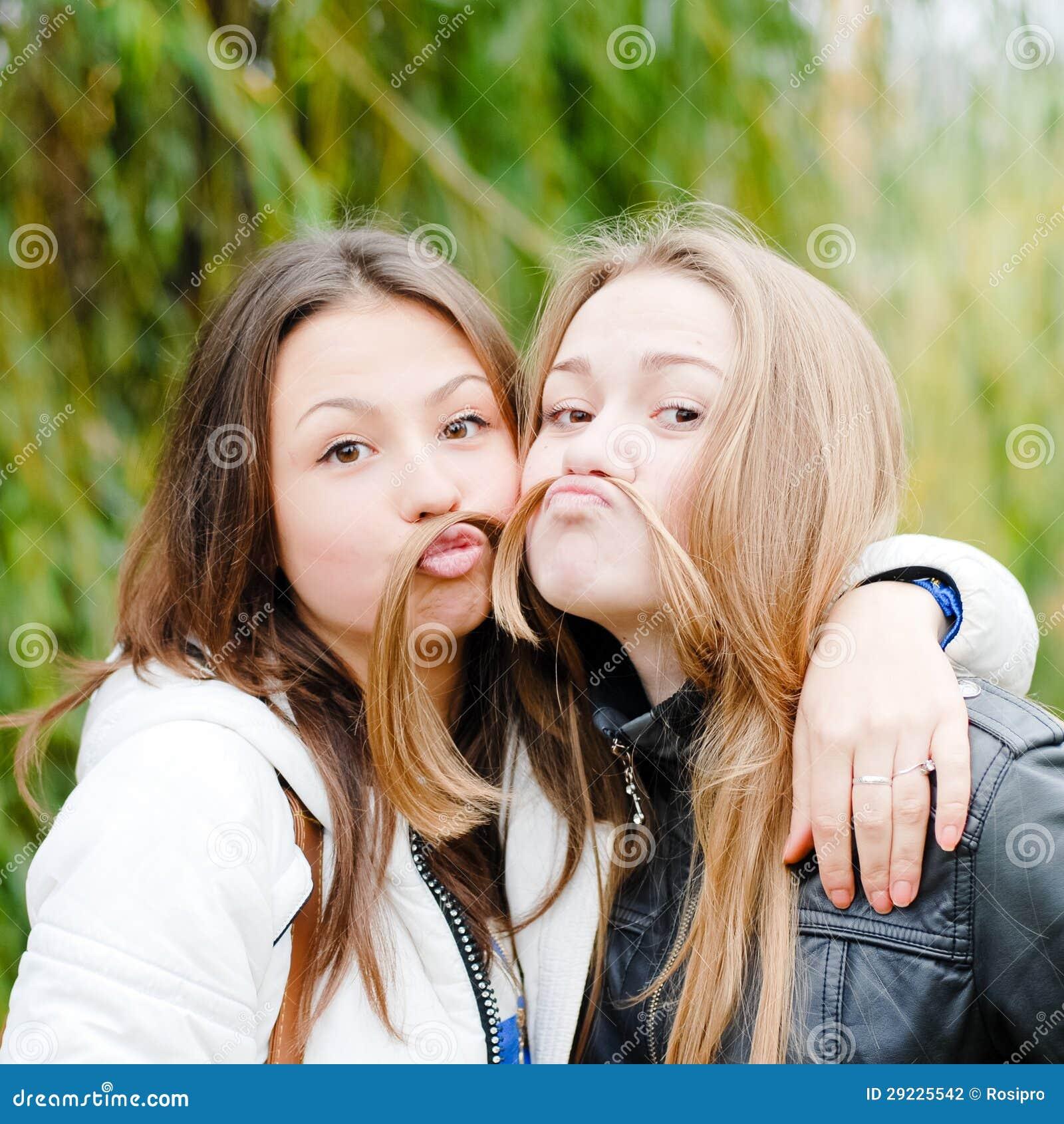 Download Dois Amigos De Adolescente Felizes Foto de Stock - Imagem de amigável, forma: 29225542