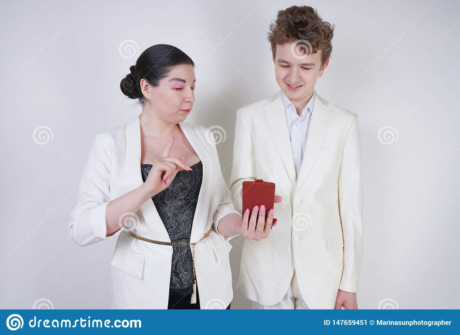 Dois amigos engra?ados que levantam com smartphone, tendo o divertimento e fazendo o selfie a menina e o adolescente adultos toma