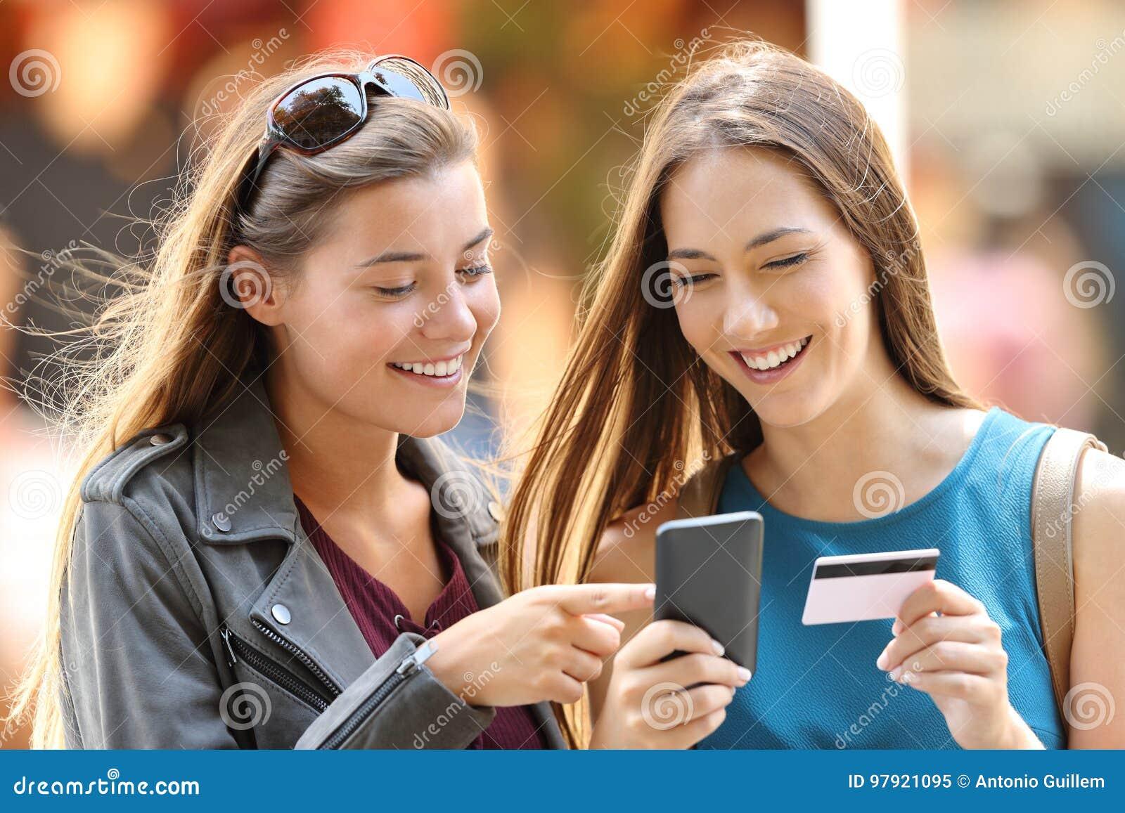 Dois amigos que compram na linha na rua