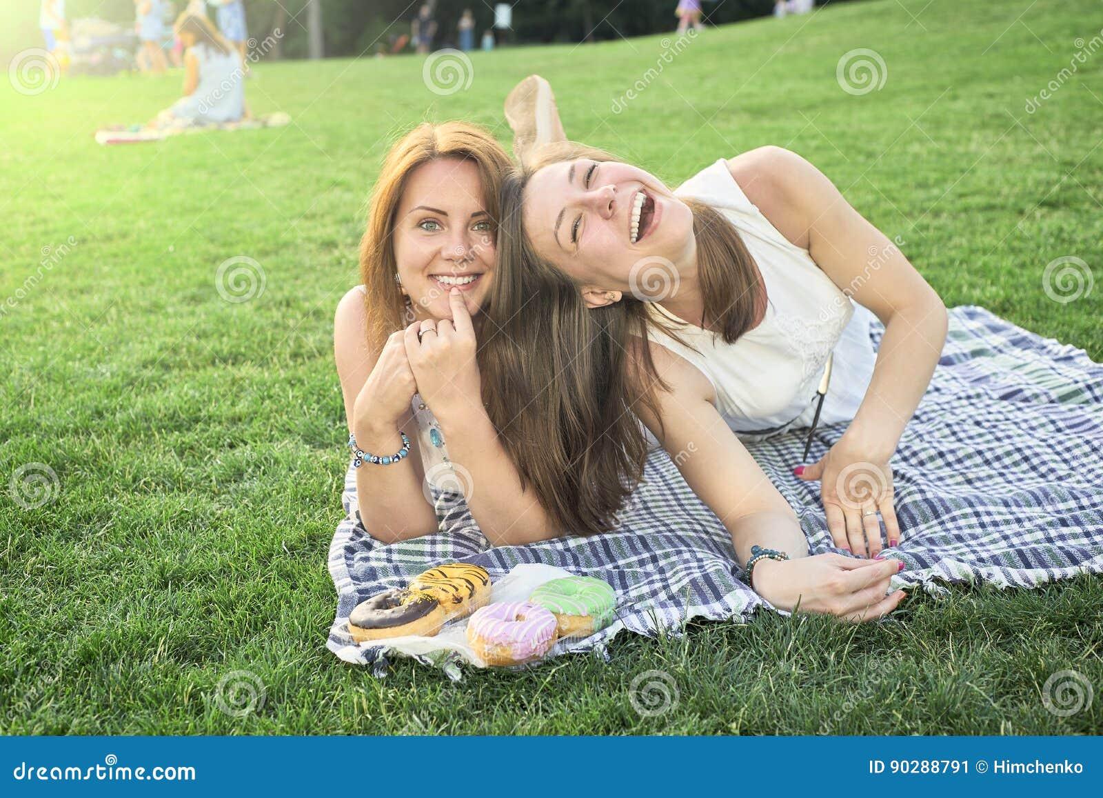 Dois amigos que encontram-se no gramado