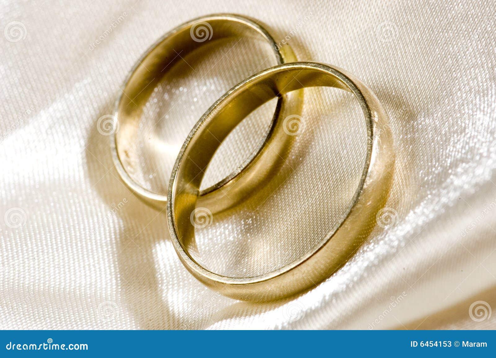 Dois anéis de casamento