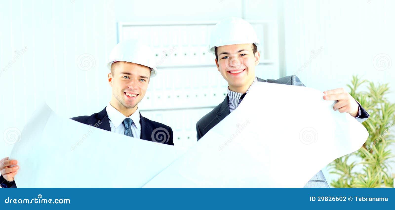 Dois arquitetos que discutem o projeto novo