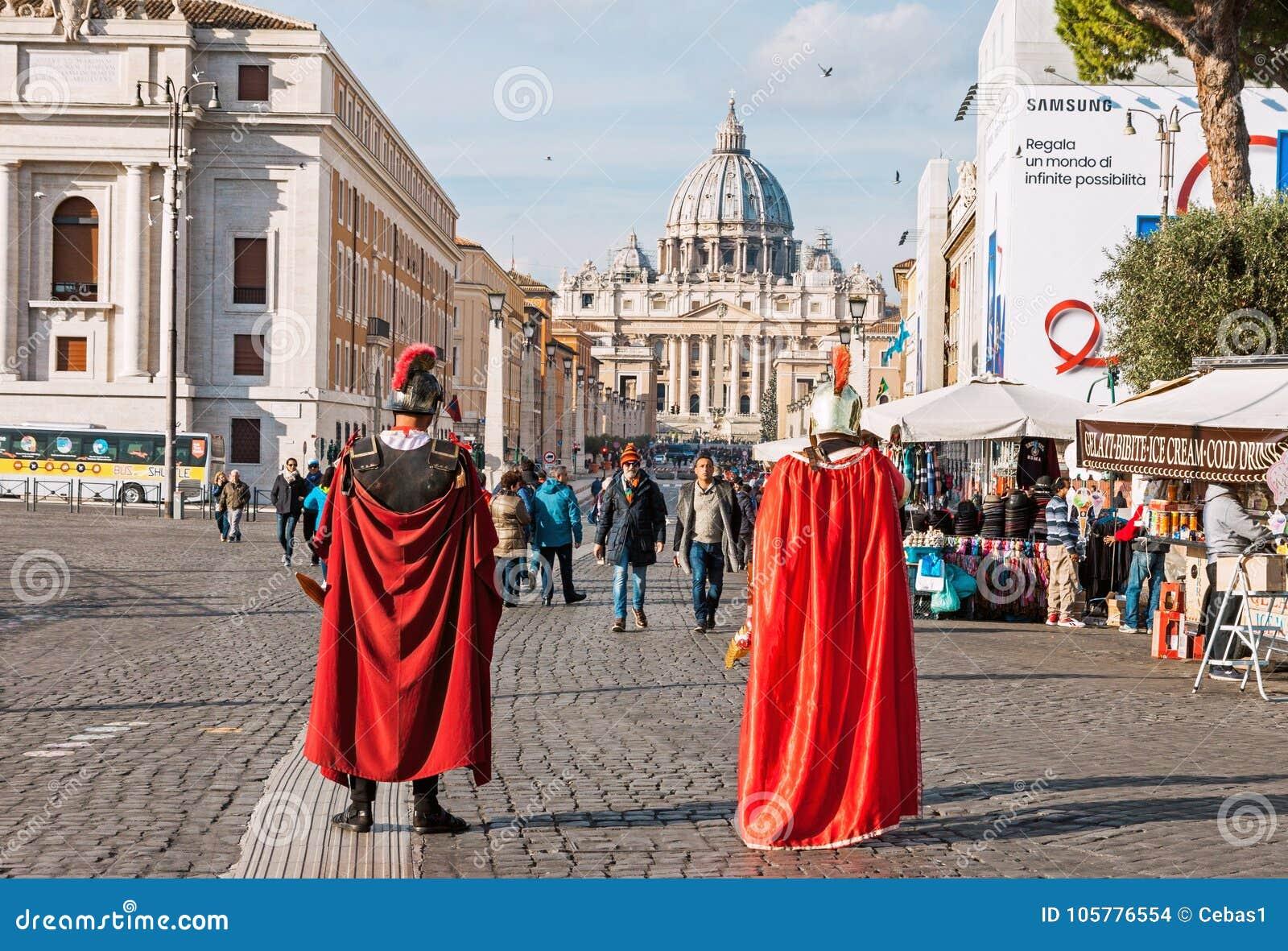 Dois atores vestidos como soldados de Roman Empire em Roma