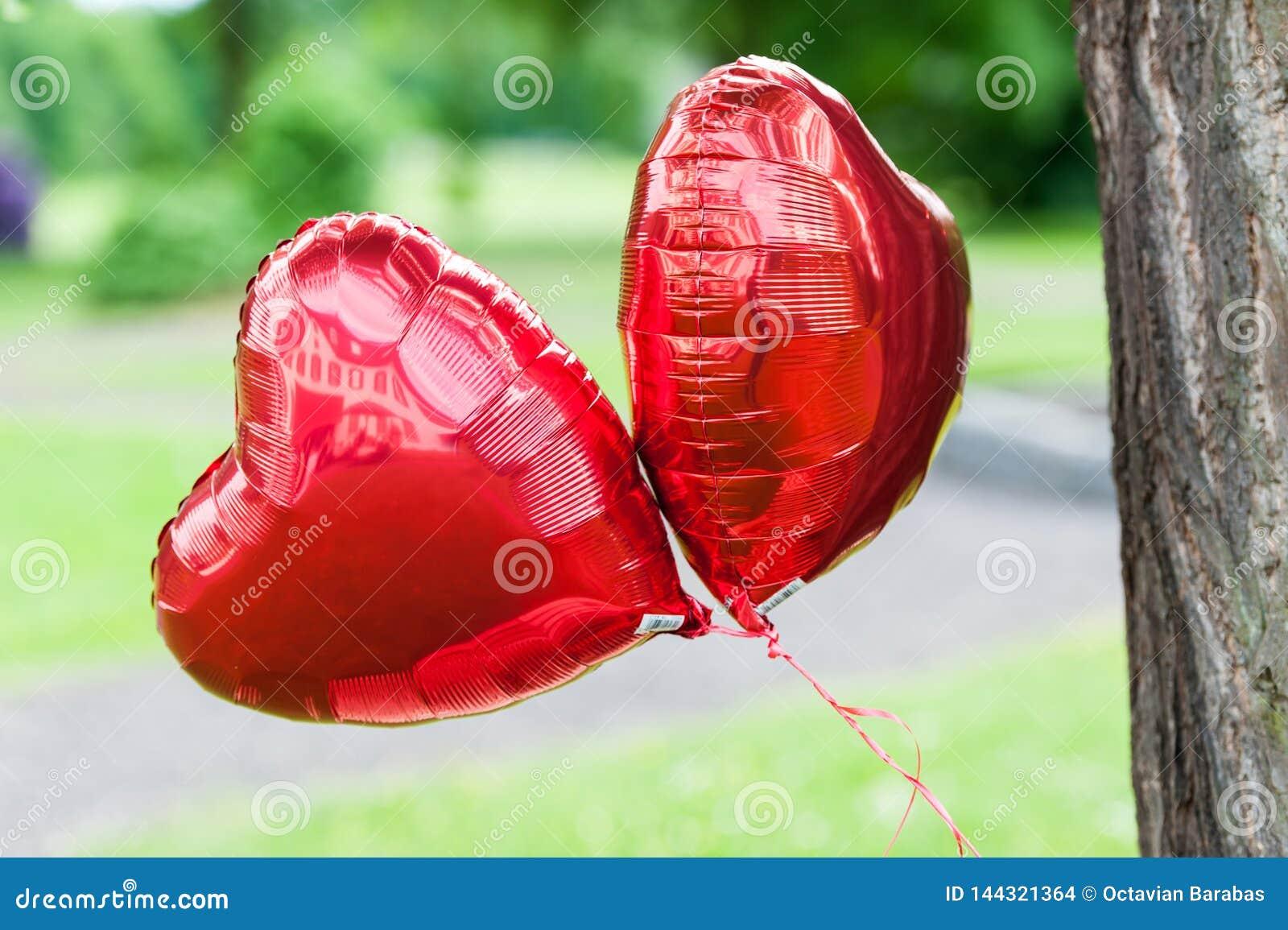 Dois balões vermelhos grandes com forma da lareira
