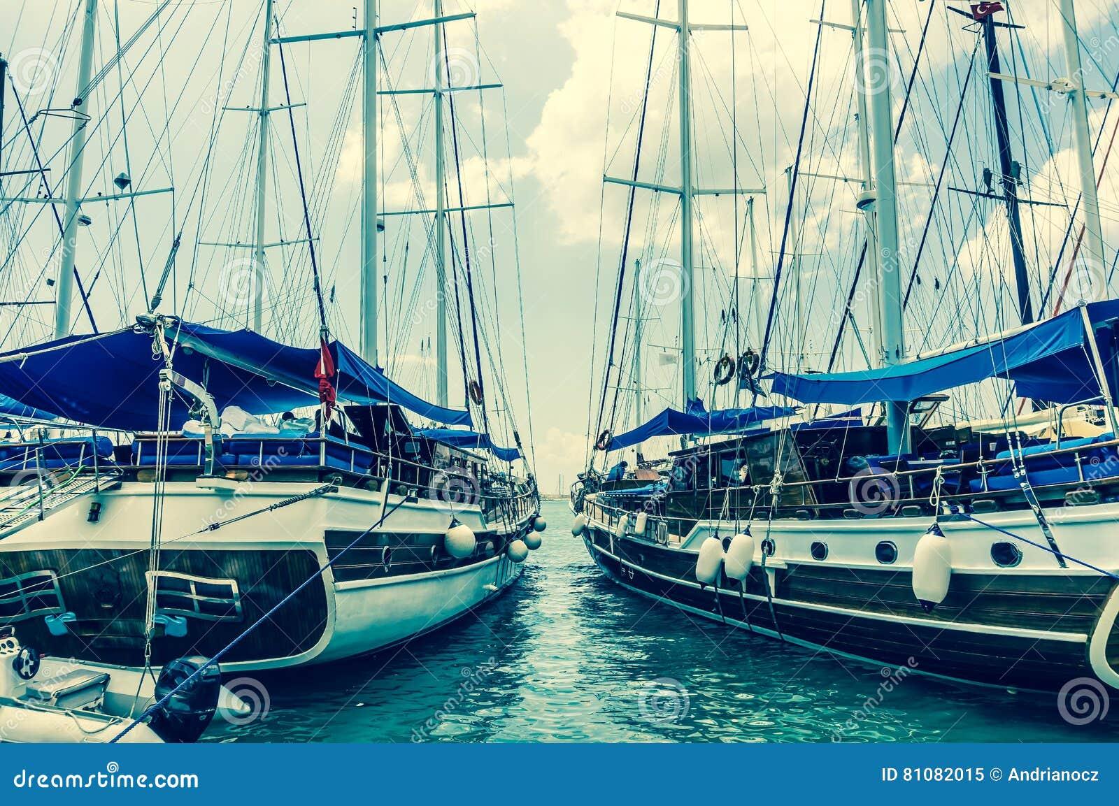 Dois barcos de navigação amarrados