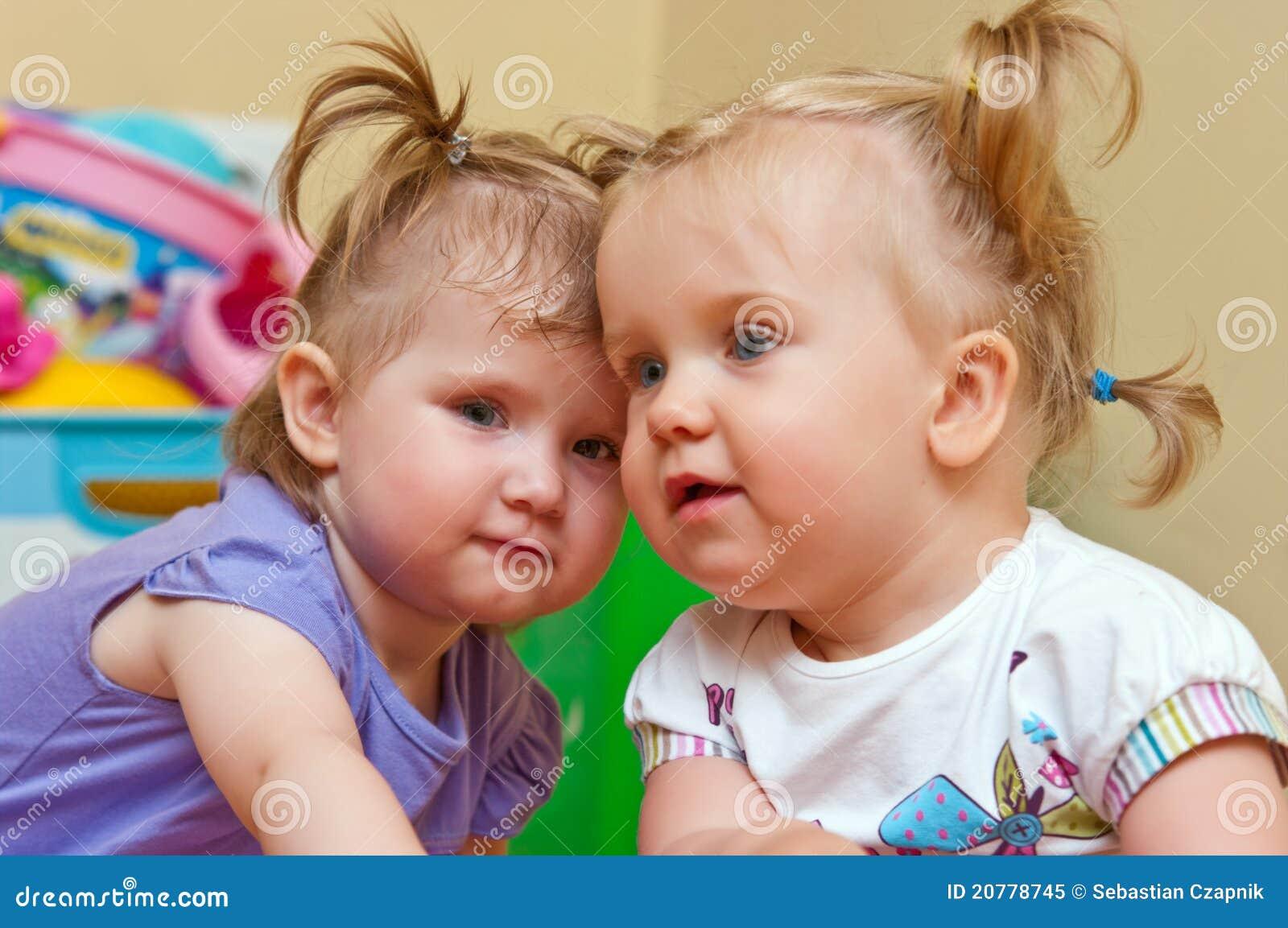 Dois bebés bonitos