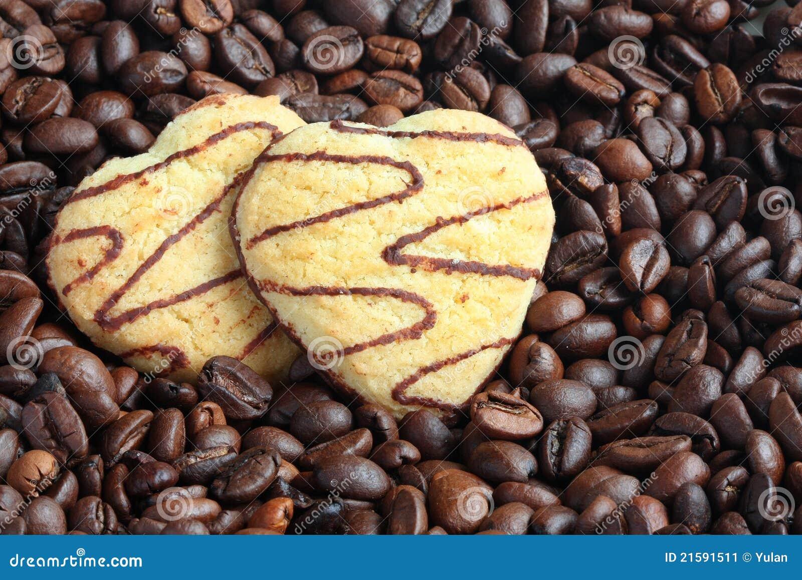 Dois bolinhos heart-shaped em feijões de café