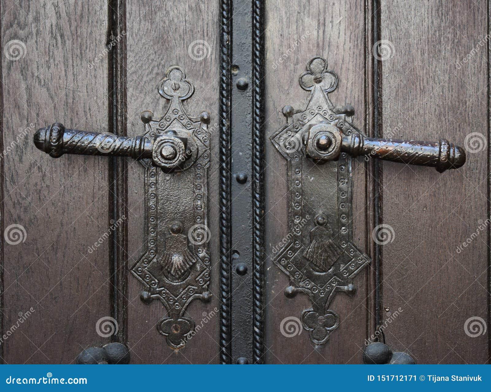 Dois botões de porta velhos