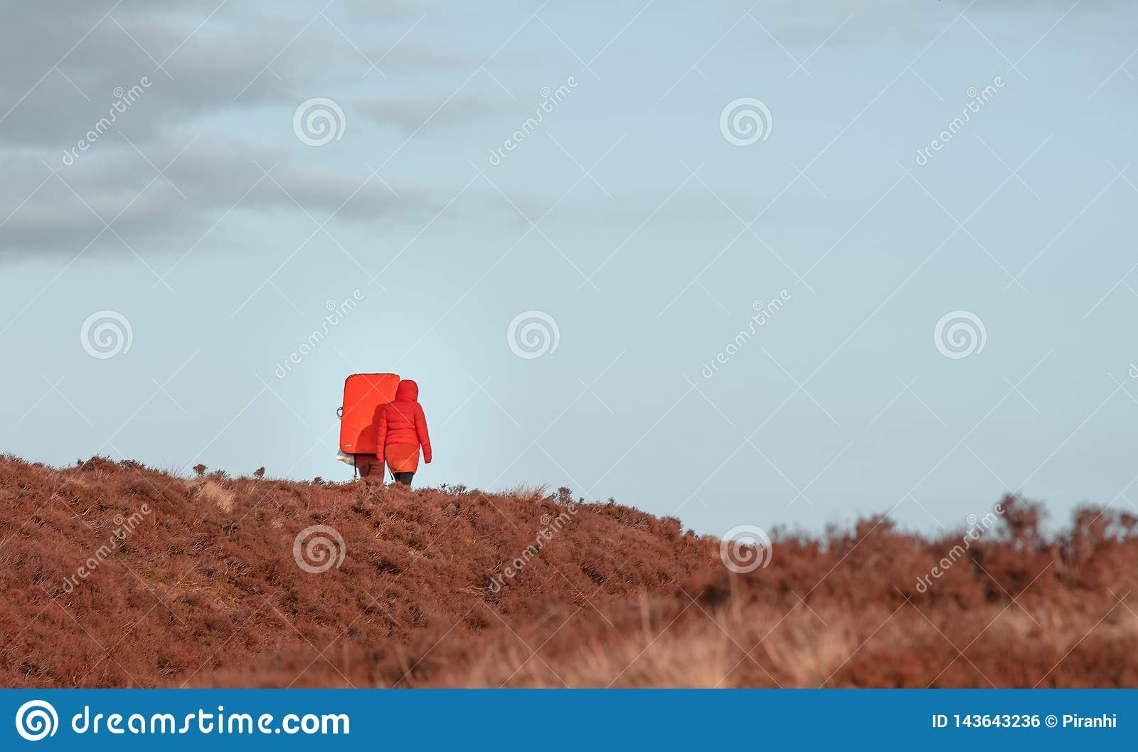 Dois caminhantes no tiro em uma aventura através das pastagem