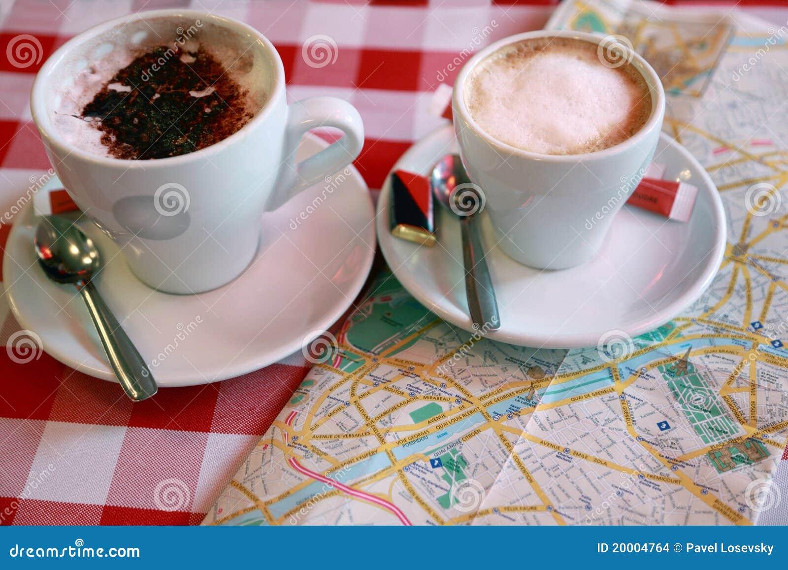 Dois carrinhos das chávenas de café no close-up