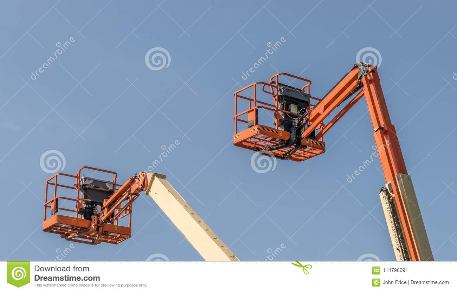 Dois Cherry Picker Machines
