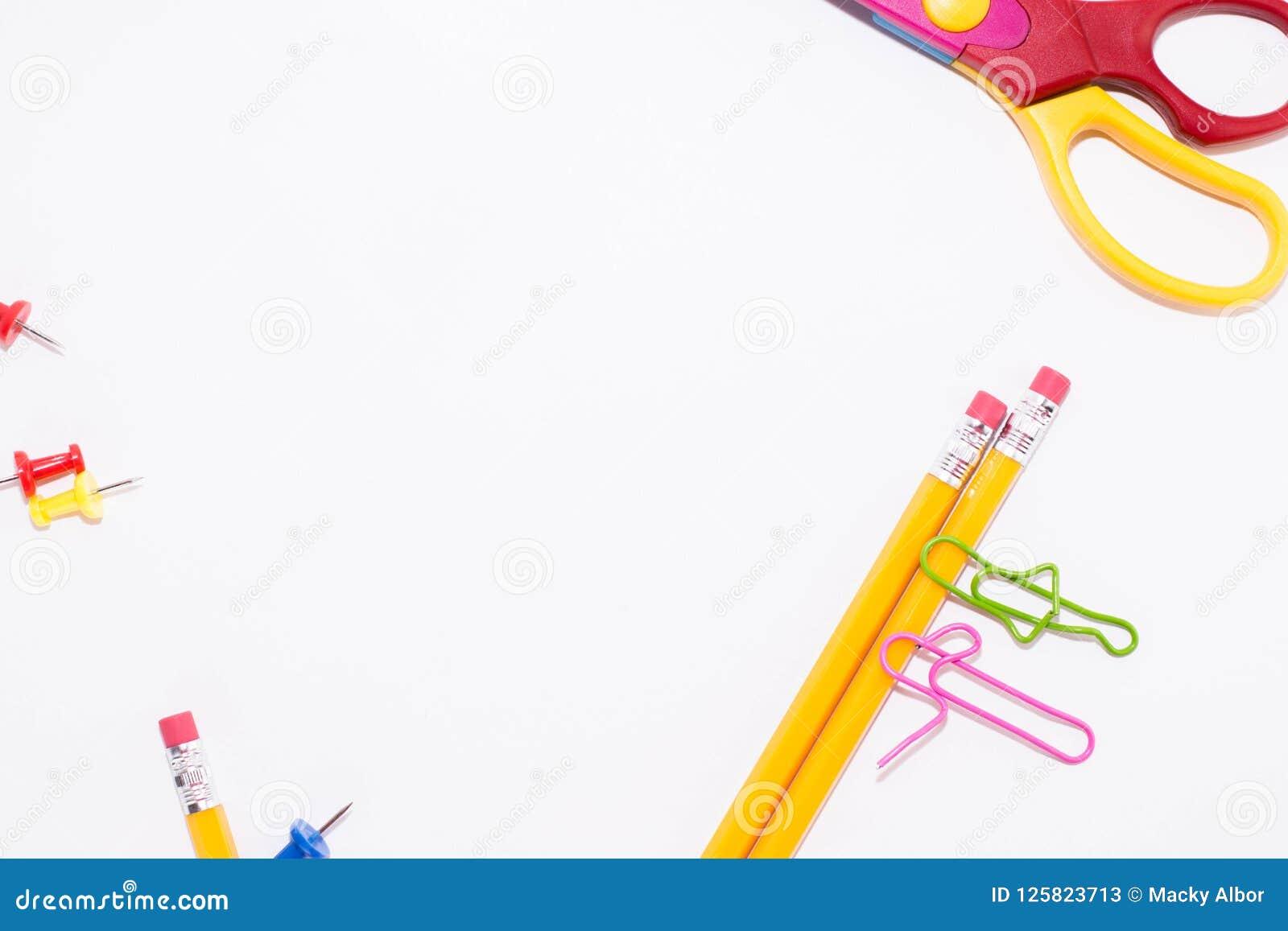 Dois clipes de papel que falam ao encontrar-se em um assoalho branco e em um lápis Vida diminuta da escola e de volta ao conceito