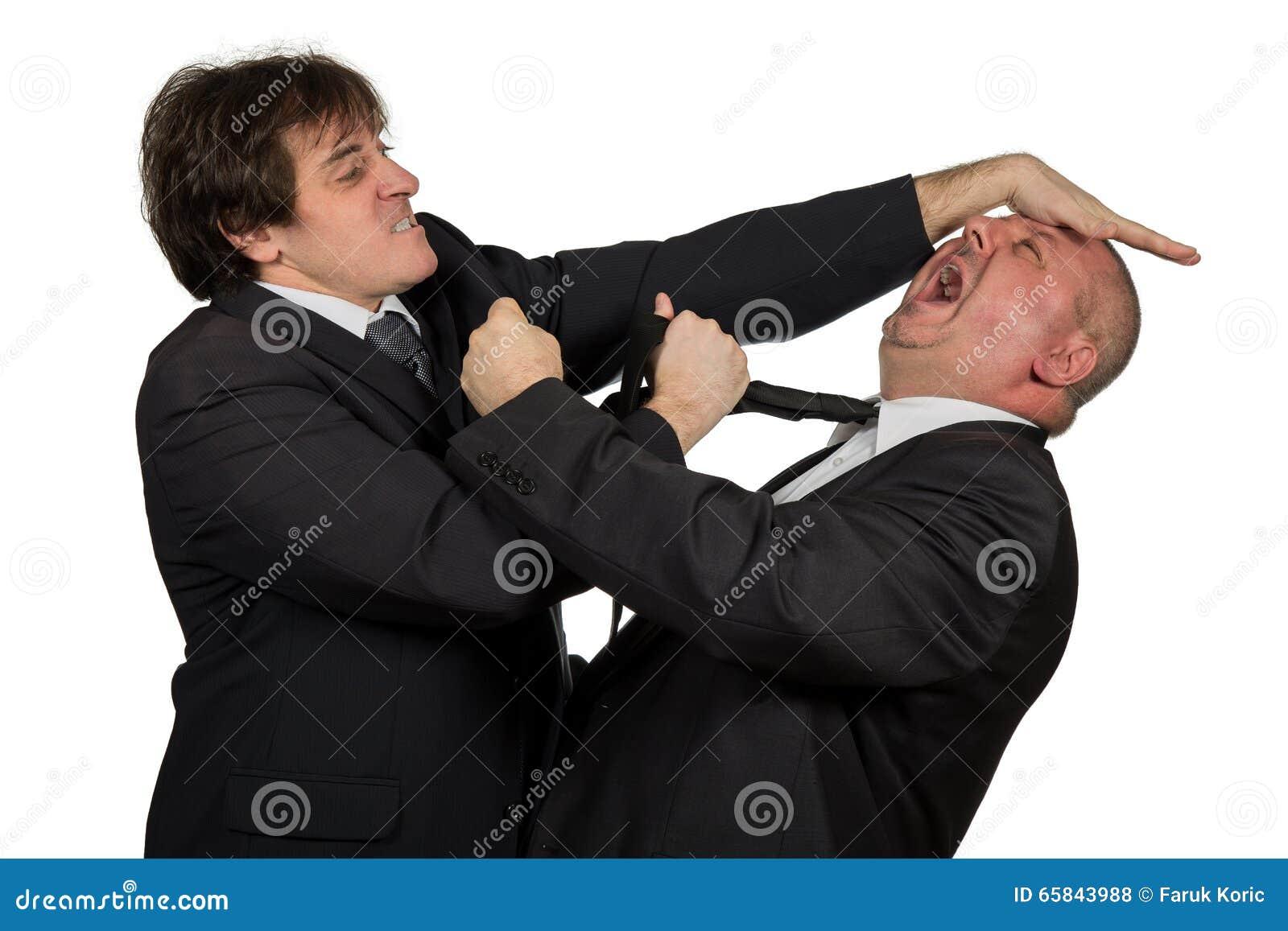 Dois colegas irritados do negócio durante um argumento, isolado no fundo branco