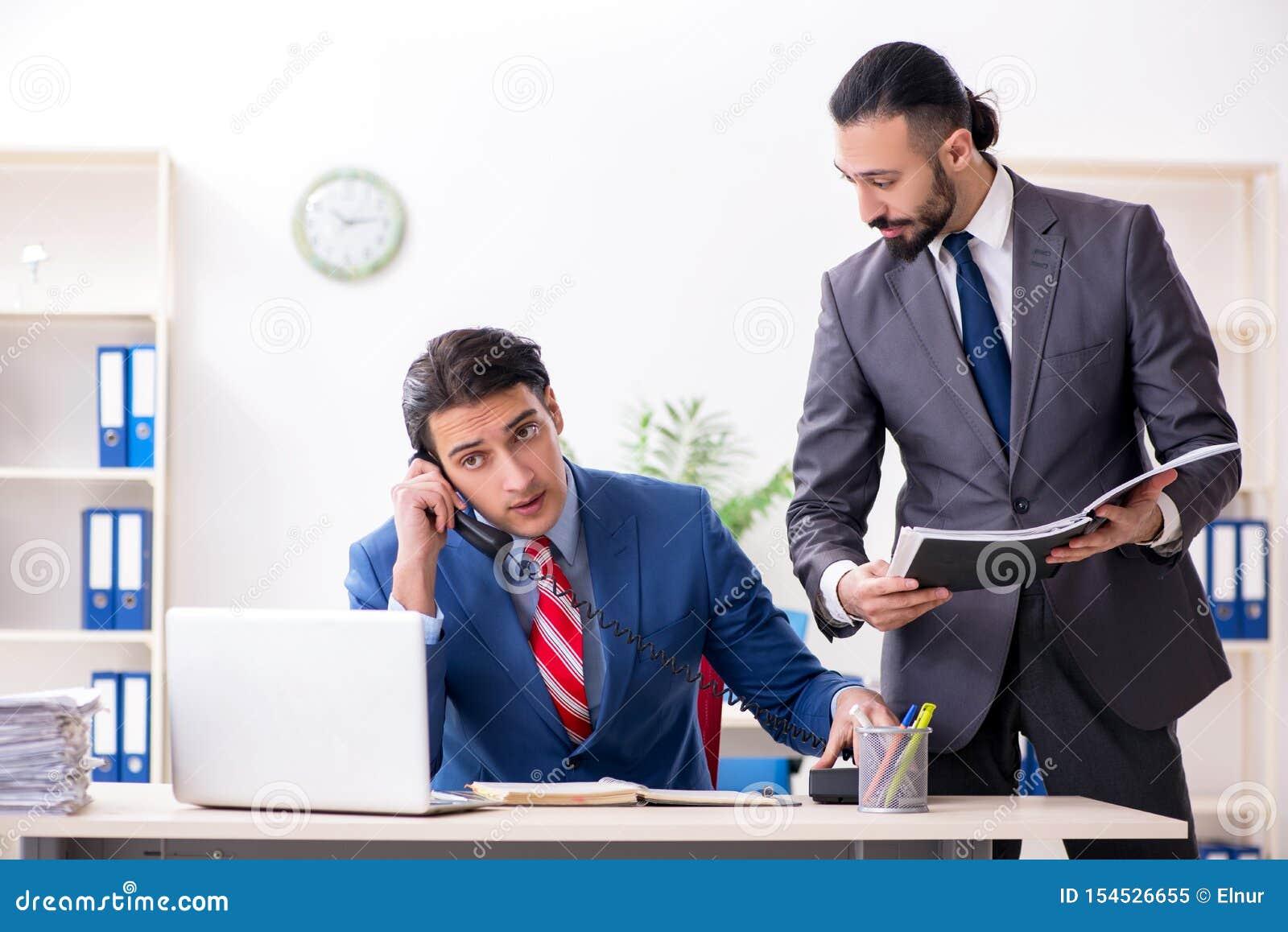 Dois colegas masculinos no escrit?rio