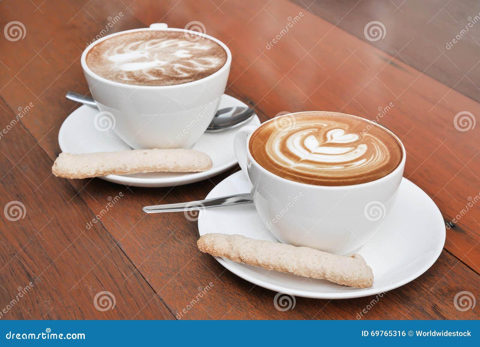 Dois copos do café da arte do latte