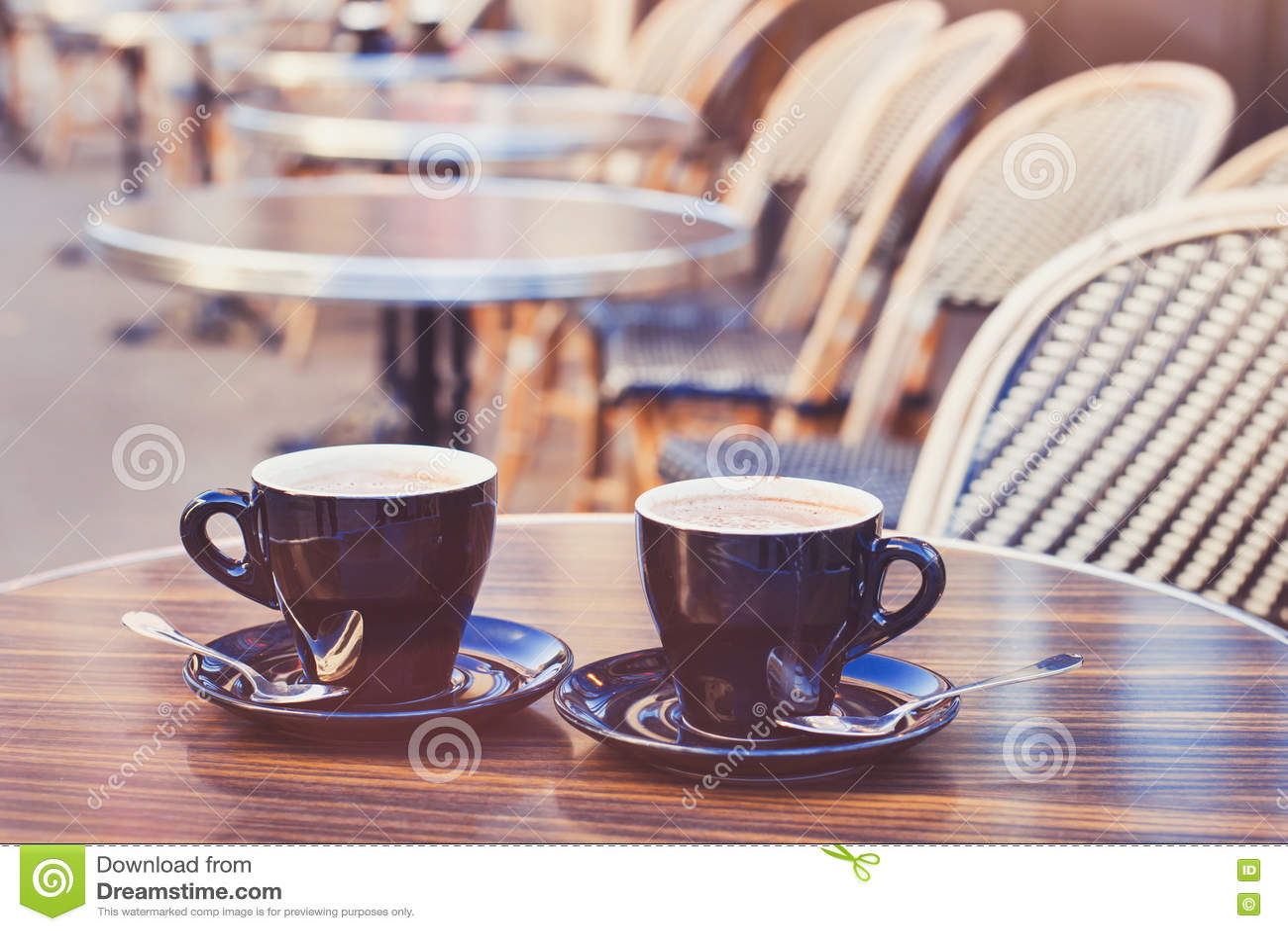 Dois copos do cappuccino do chocolate quente ou do café