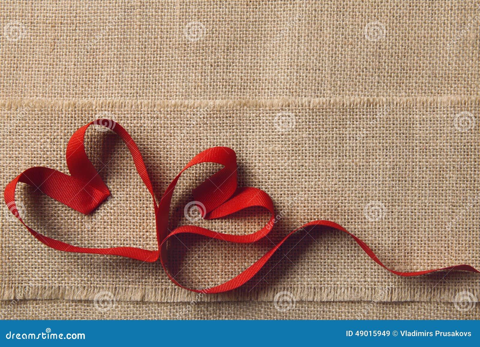 Dois corações, fundo de serapilheira do pano de saco Valentine Day, conceito do amor do casamento