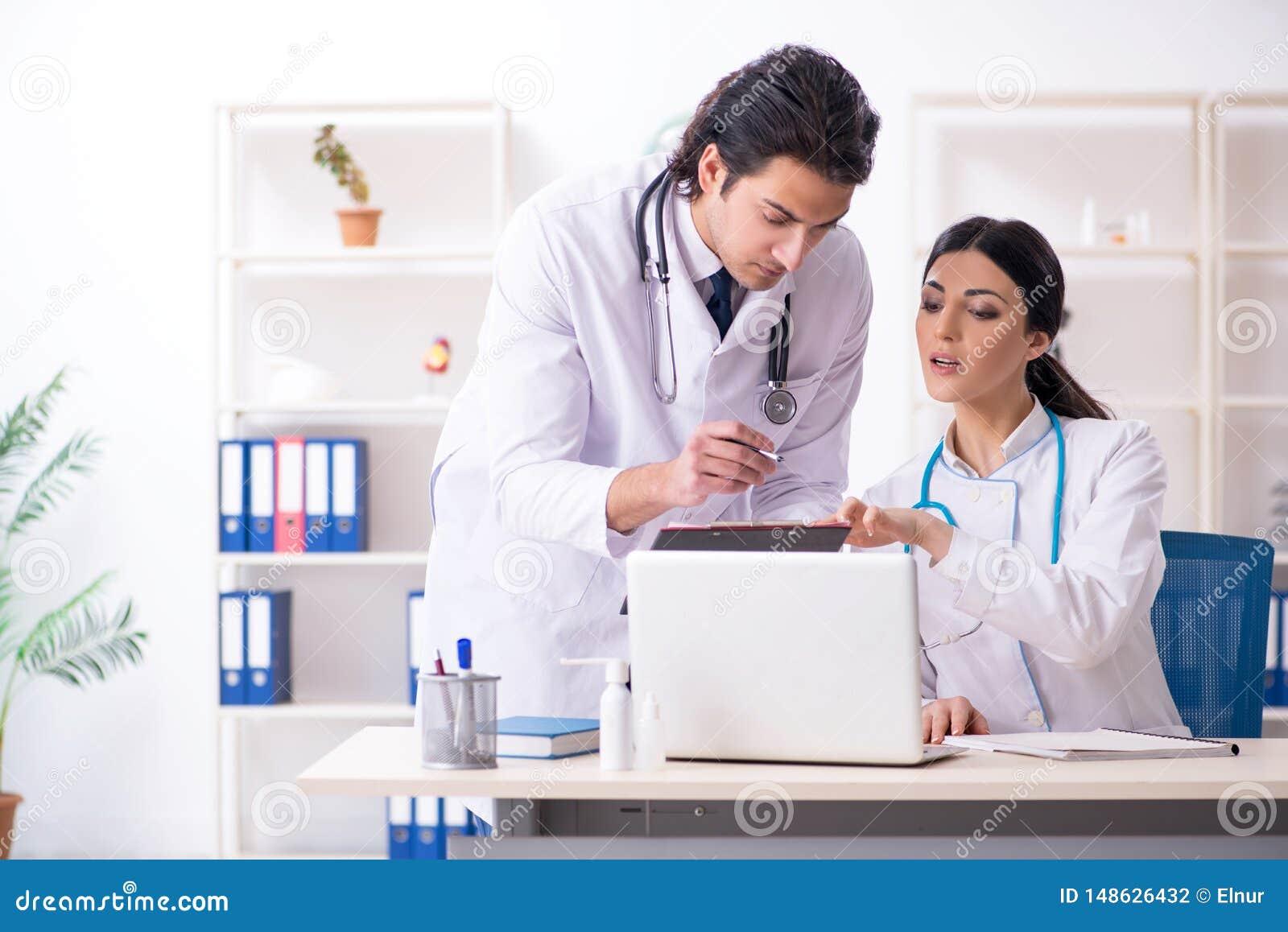 Dois doutores novos que trabalham na cl?nica